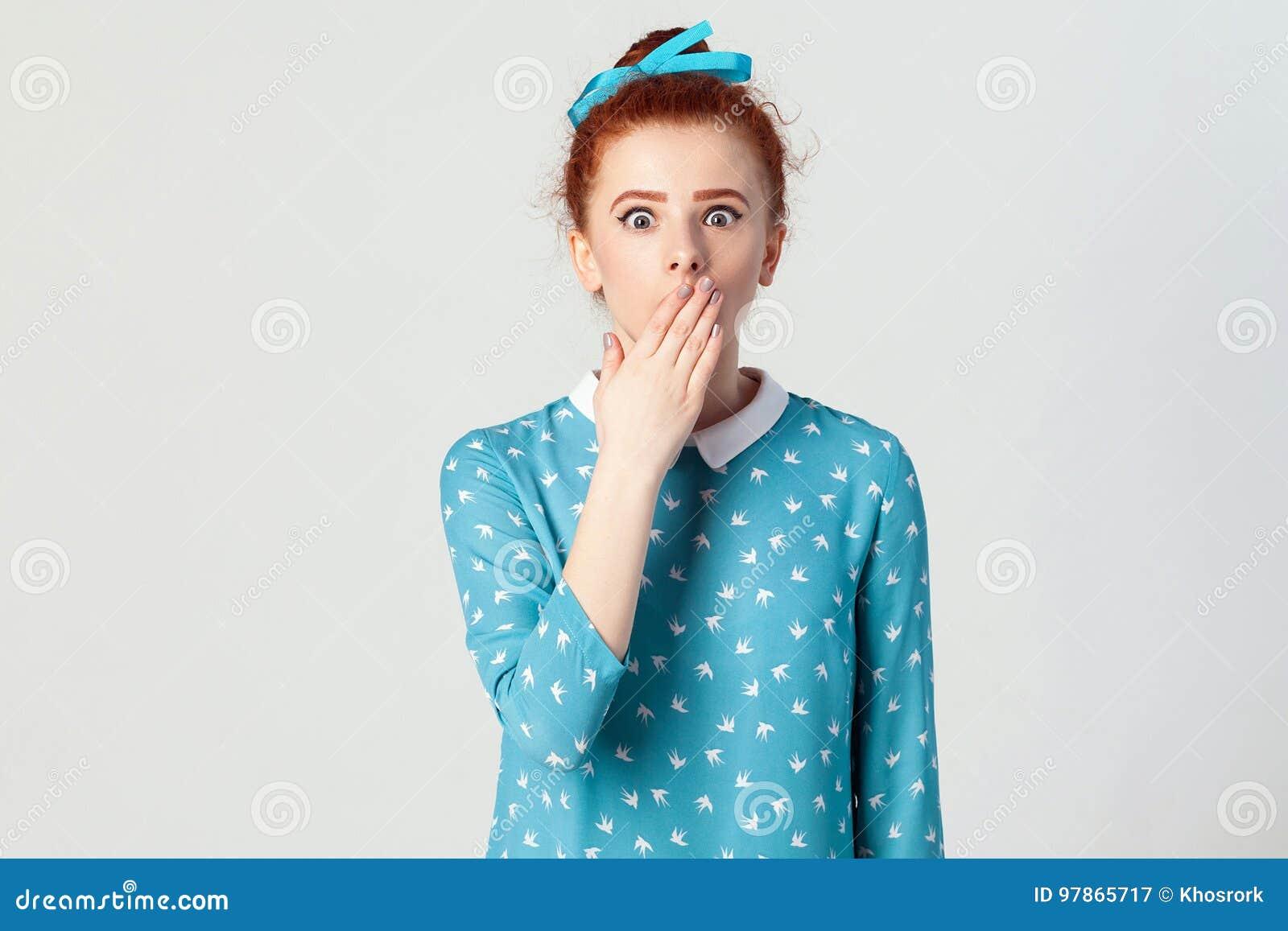 Expresiones y emociones del rostro humano Hembra en la desesperación y el choque La muchacha joven del pelirrojo en shoked, miran