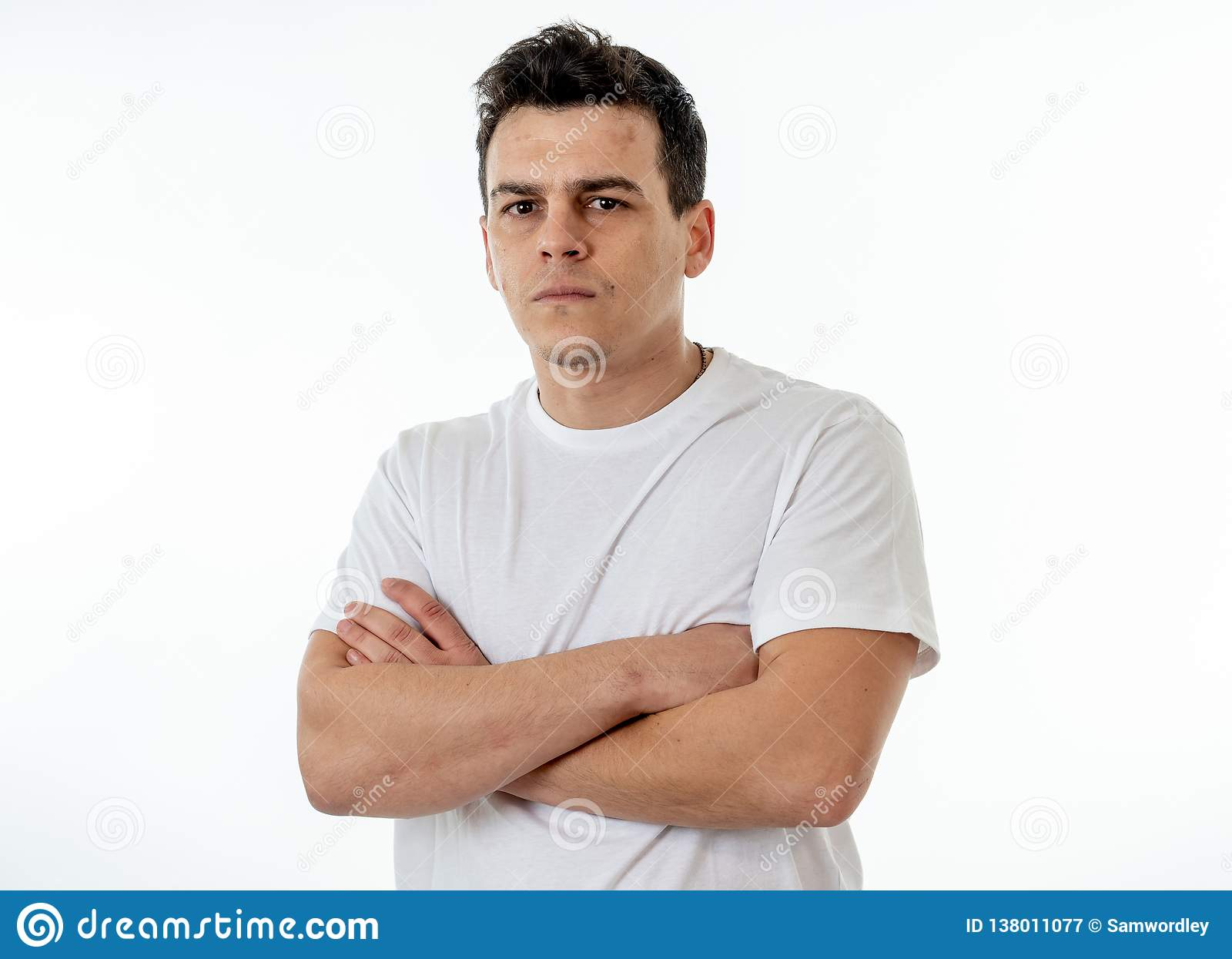 Expressões e emoções humanas Homem atrativo novo com uma cara irritada, olhando furioso e louca