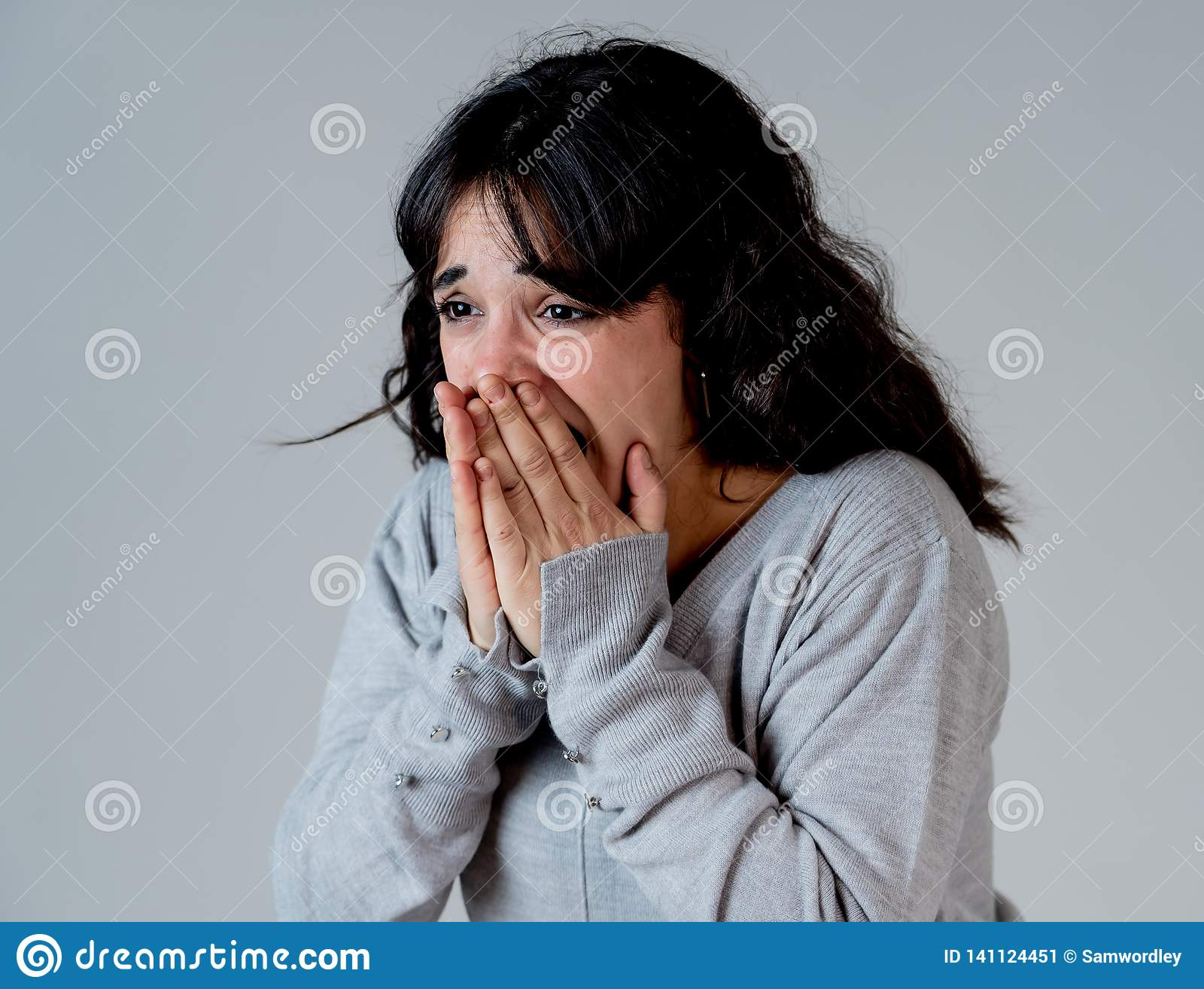 Expressões e emoções humanas mulher atrativa nova que olha assustado e chocada