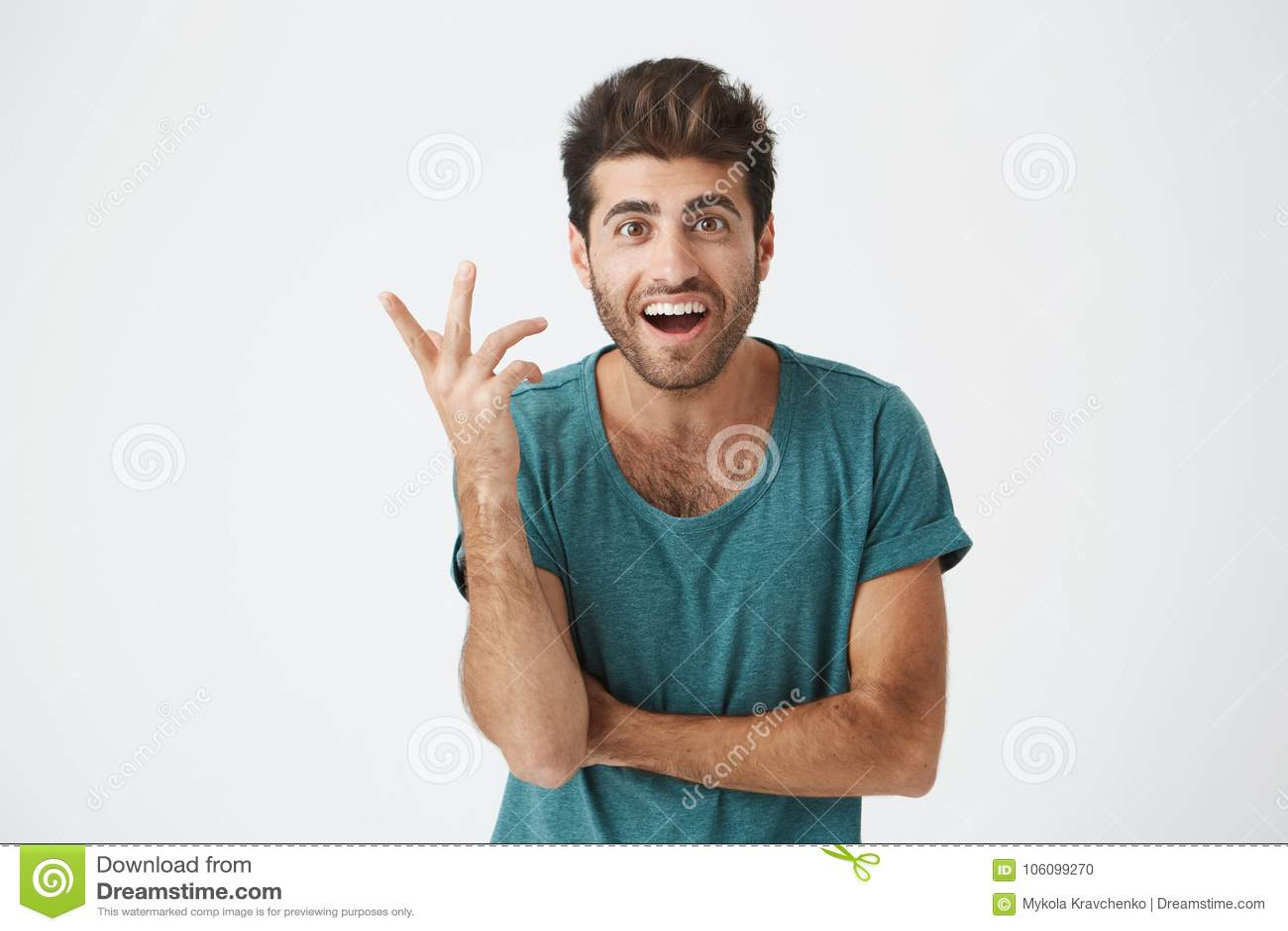 Expressions, émotions et sentiments de visage humain Jeune homme barbu étonné et étonné dans le T-shirt bleu se dirigeant à