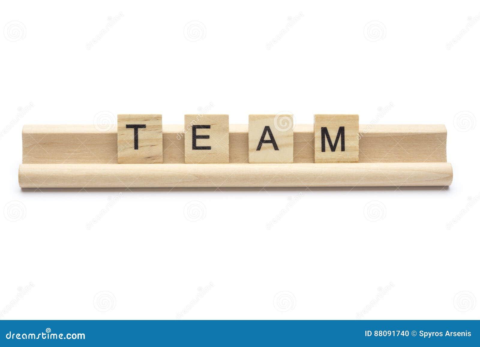 Exprima a `` equipe `` escarafuncham sobre letras de madeira em uma cremalheira, isolada sobre