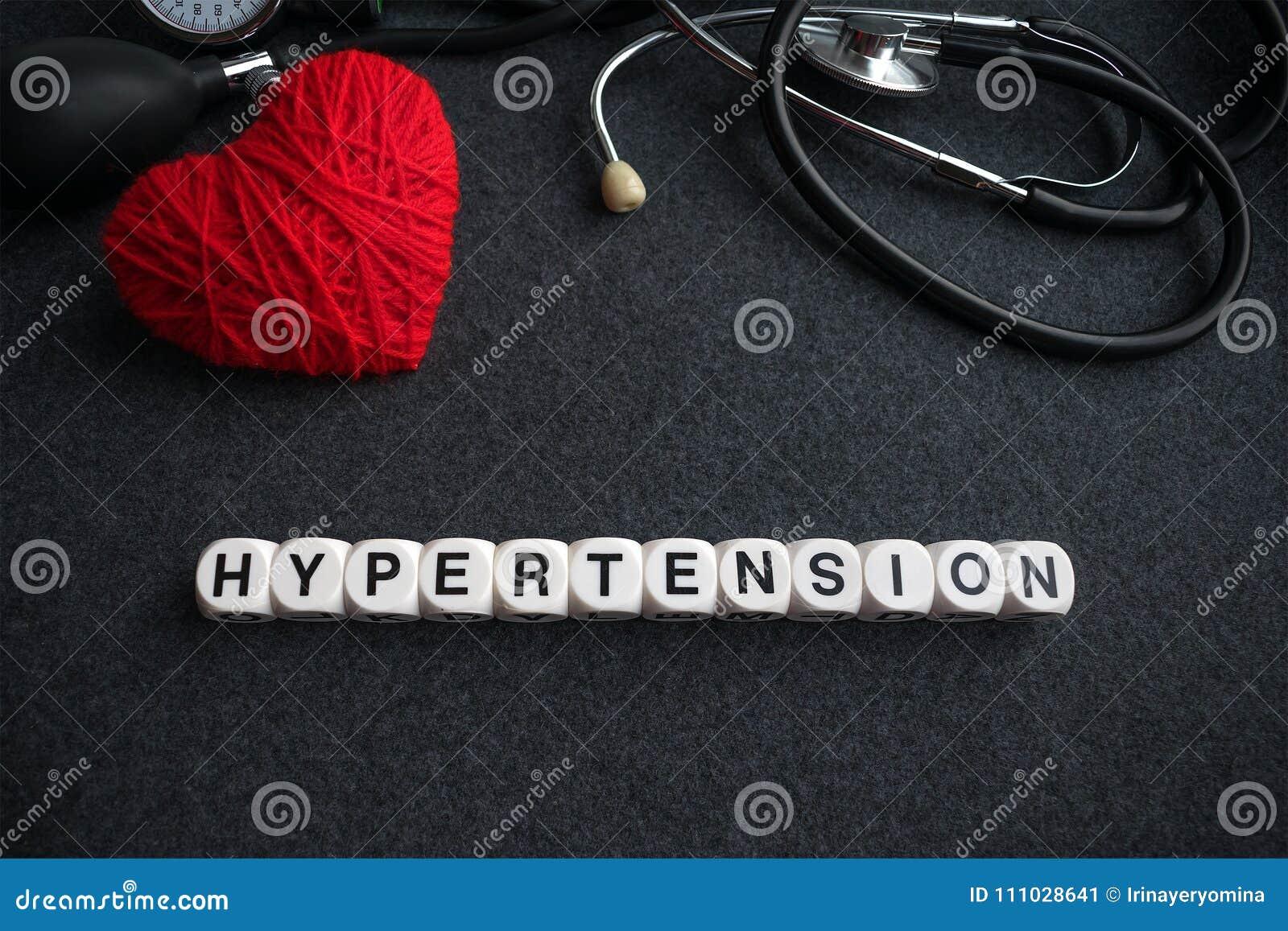 Exprimez l hypertension de coeur des cubes blancs avec des lettres sur le Ba foncé