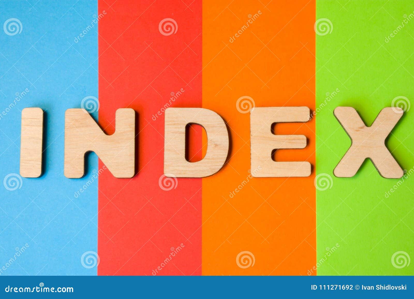 Exprimez l index de grandes lettres en bois sur le fond coloré de 4 couleurs : bleu, orange, rouge et vert Utilisation d Internet