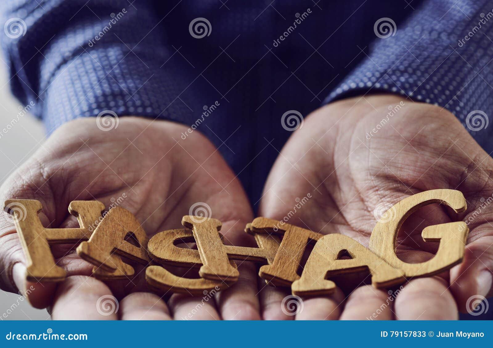 Exprimez le hashtag dans les mains d un homme