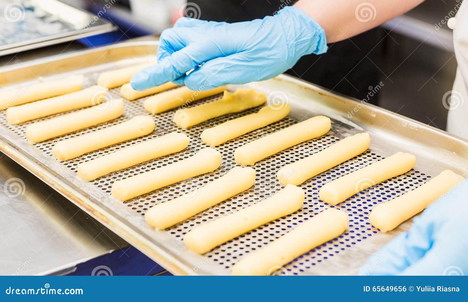 Expulsé par des choux pâtisserie d une pâtisserie de bec, le gâteau forme