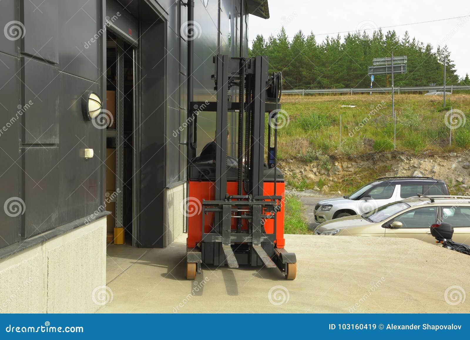 Expulsión masculina del trabajador de un almacén en el carretilla-camión