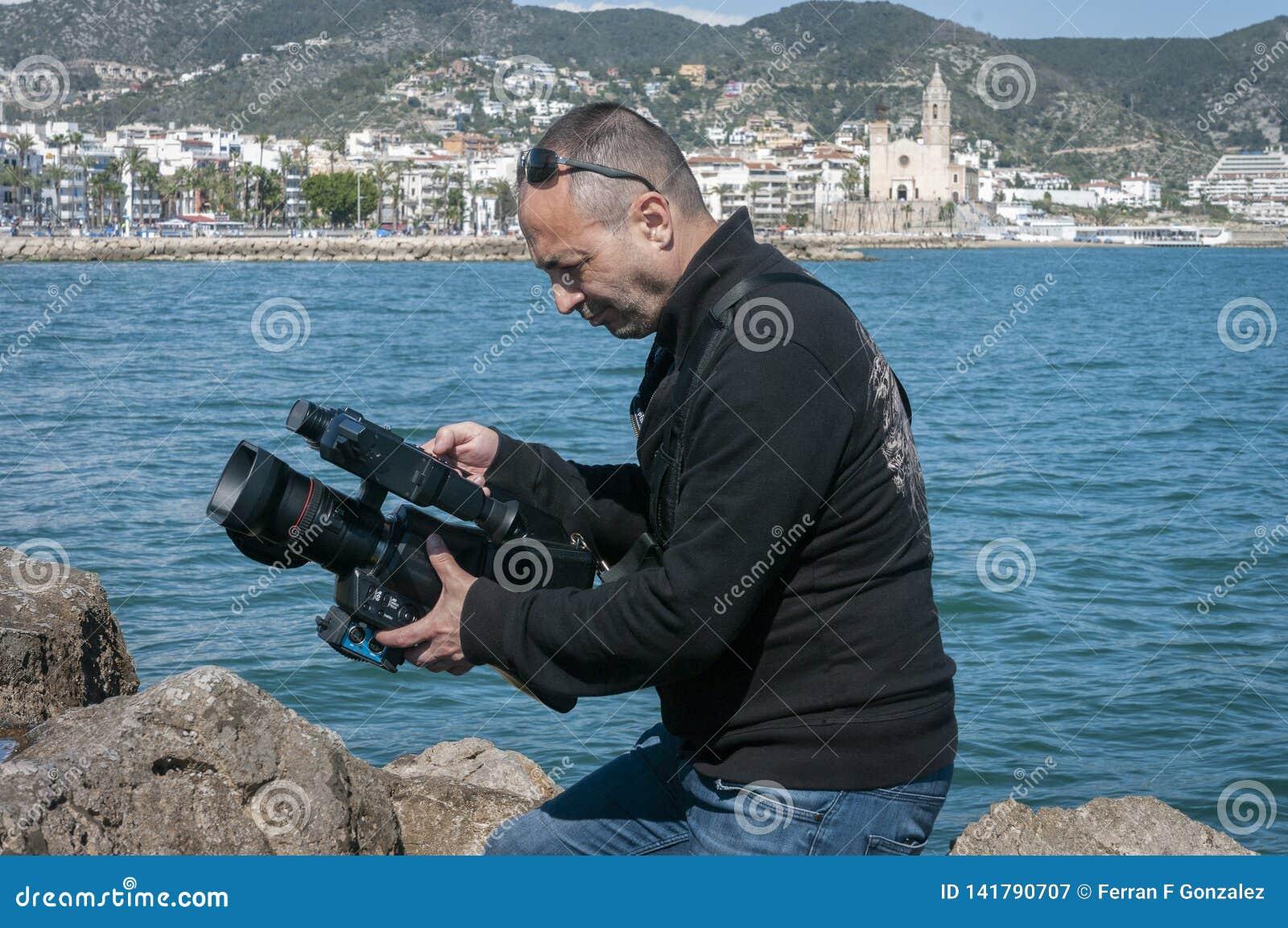 Extérieur d enregistrement de cameraman tout en enregistrant une agrafe de vidéo musicale