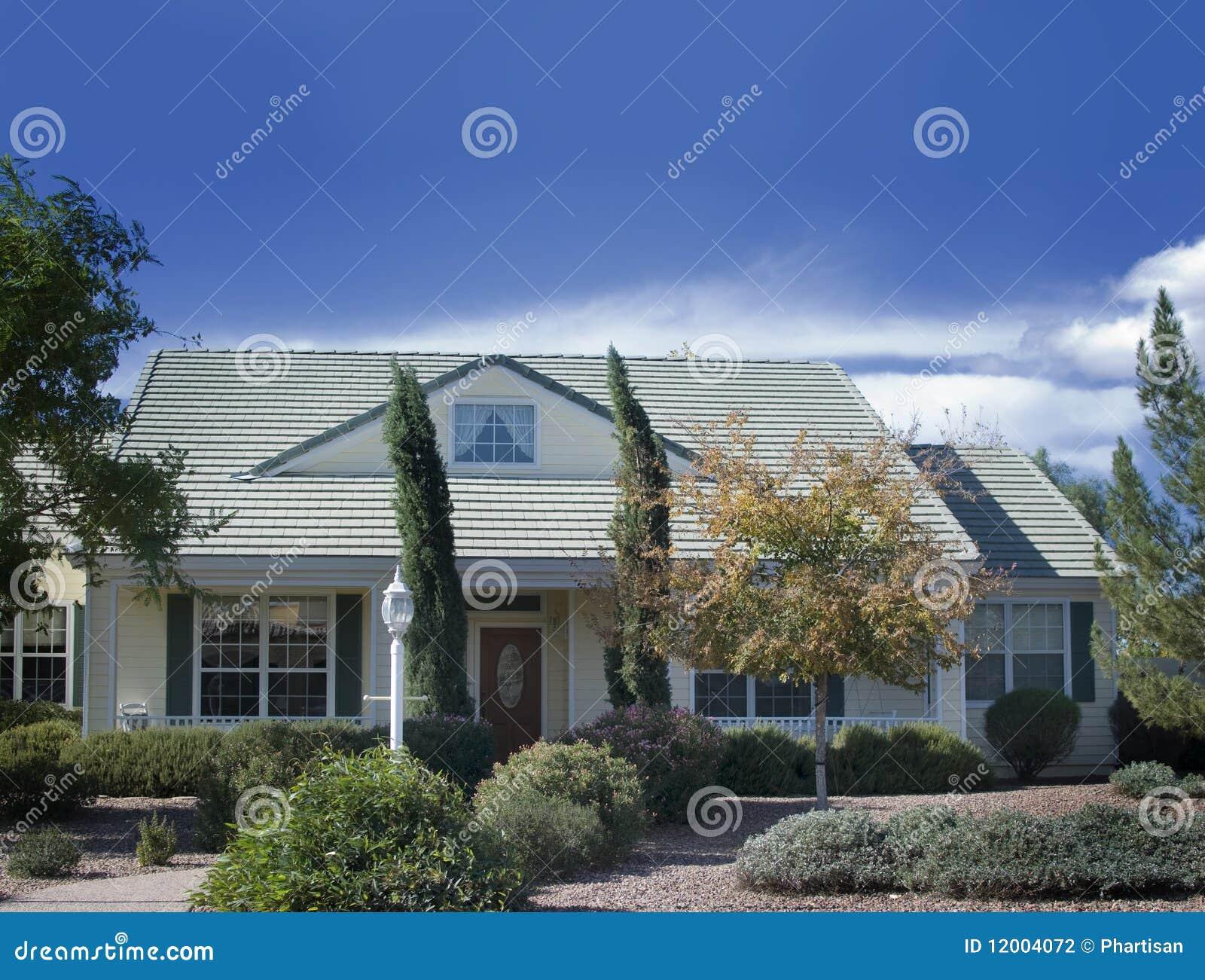 Ext rieur d 39 une belle maison neuve photographie stock for Exterieur maison neuve