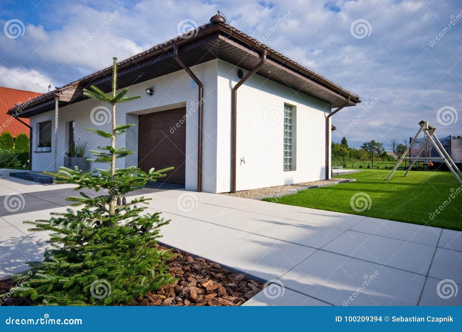 extérieur d'une maison moderne avec l'architecture élégante photo