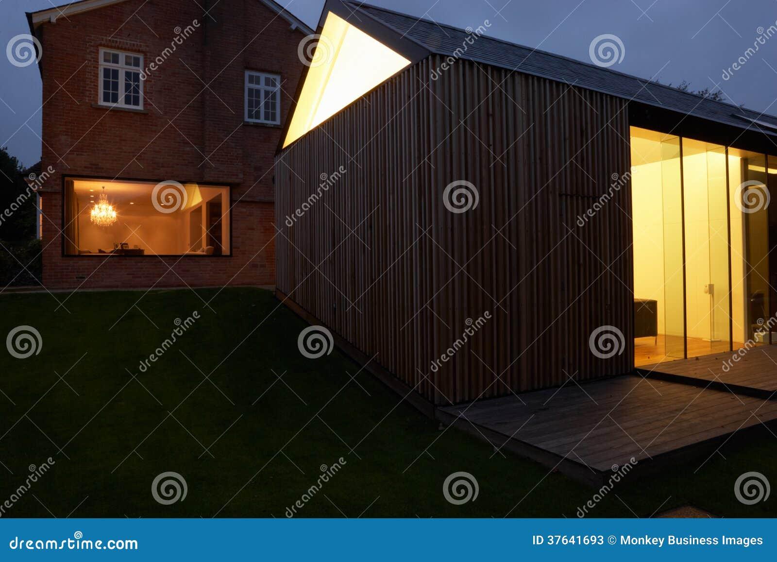 Extérieur de Chambre moderne avec l extension la nuit