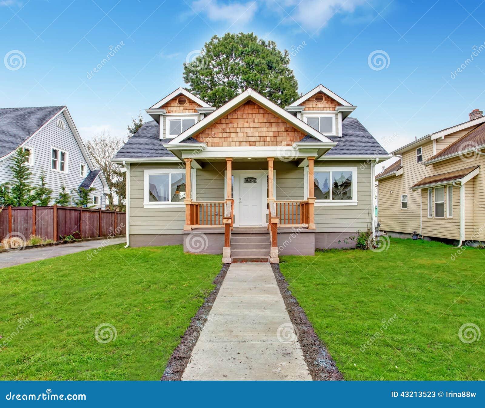 ext rieur de chambre porche d 39 entr e avec le passage couvert image stock image du propri t. Black Bedroom Furniture Sets. Home Design Ideas