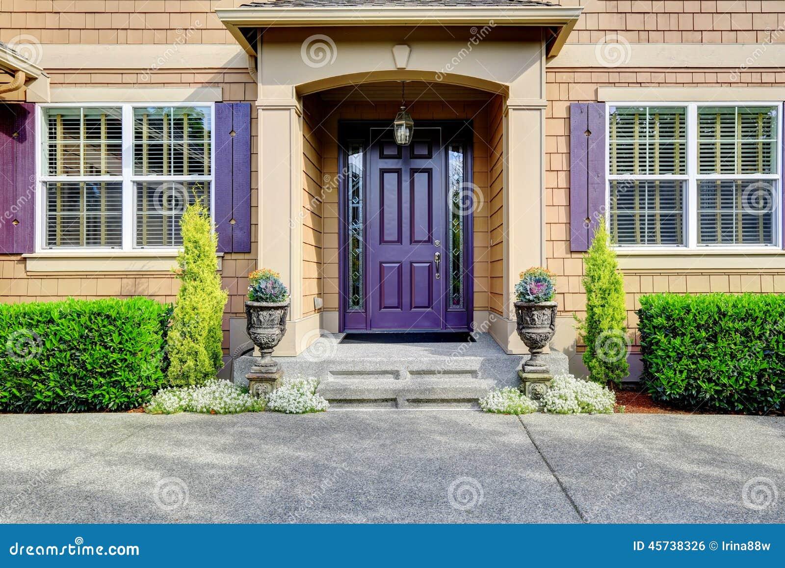 ext rieur de luxe de maison porche d 39 entr e avec la porte pourpre photo stock image 45738326. Black Bedroom Furniture Sets. Home Design Ideas