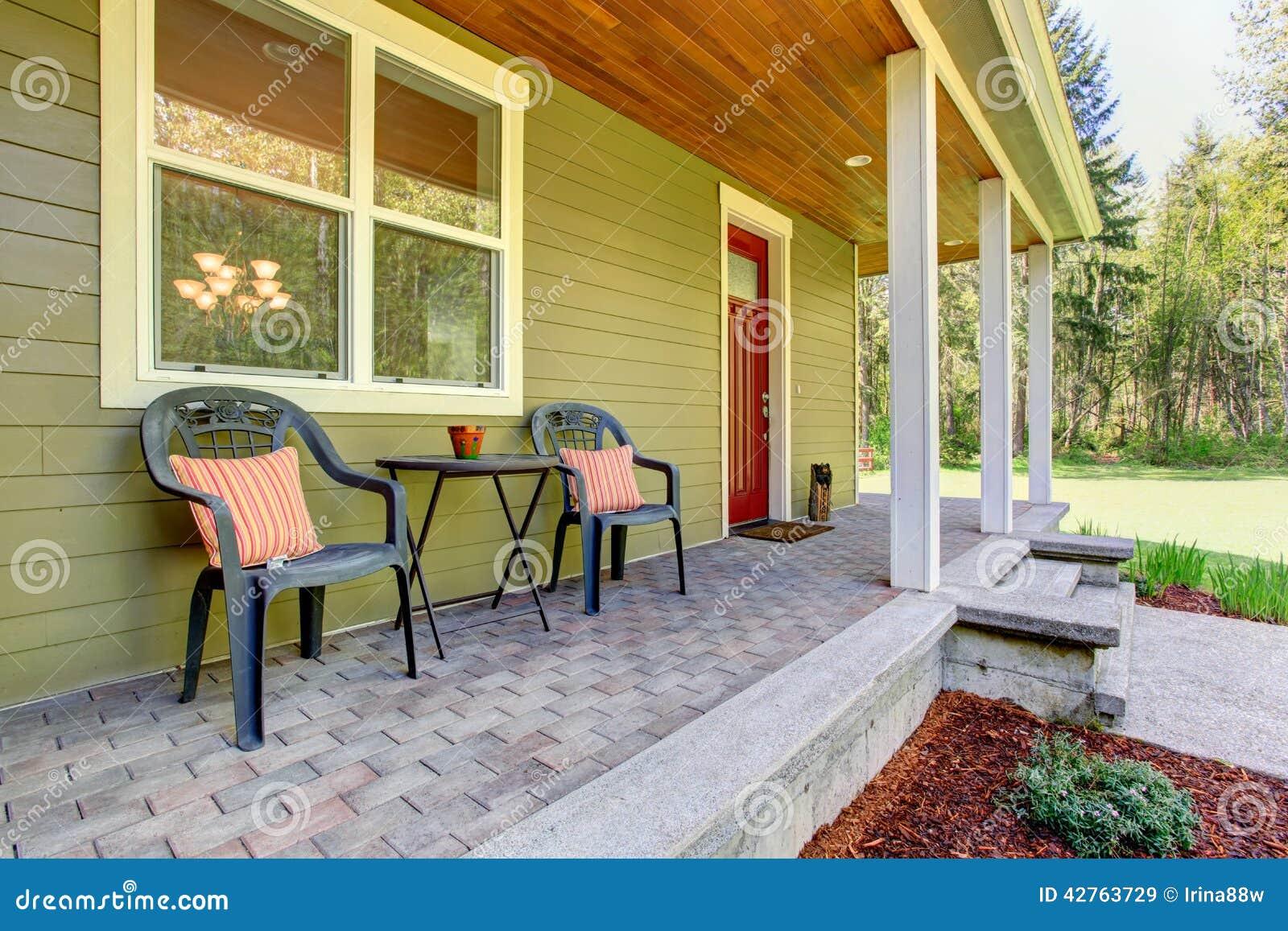 Ext rieur de maison de campagne vue de porche d 39 entr e avec des chaises image stock image du - Maison avec porche d entree ...