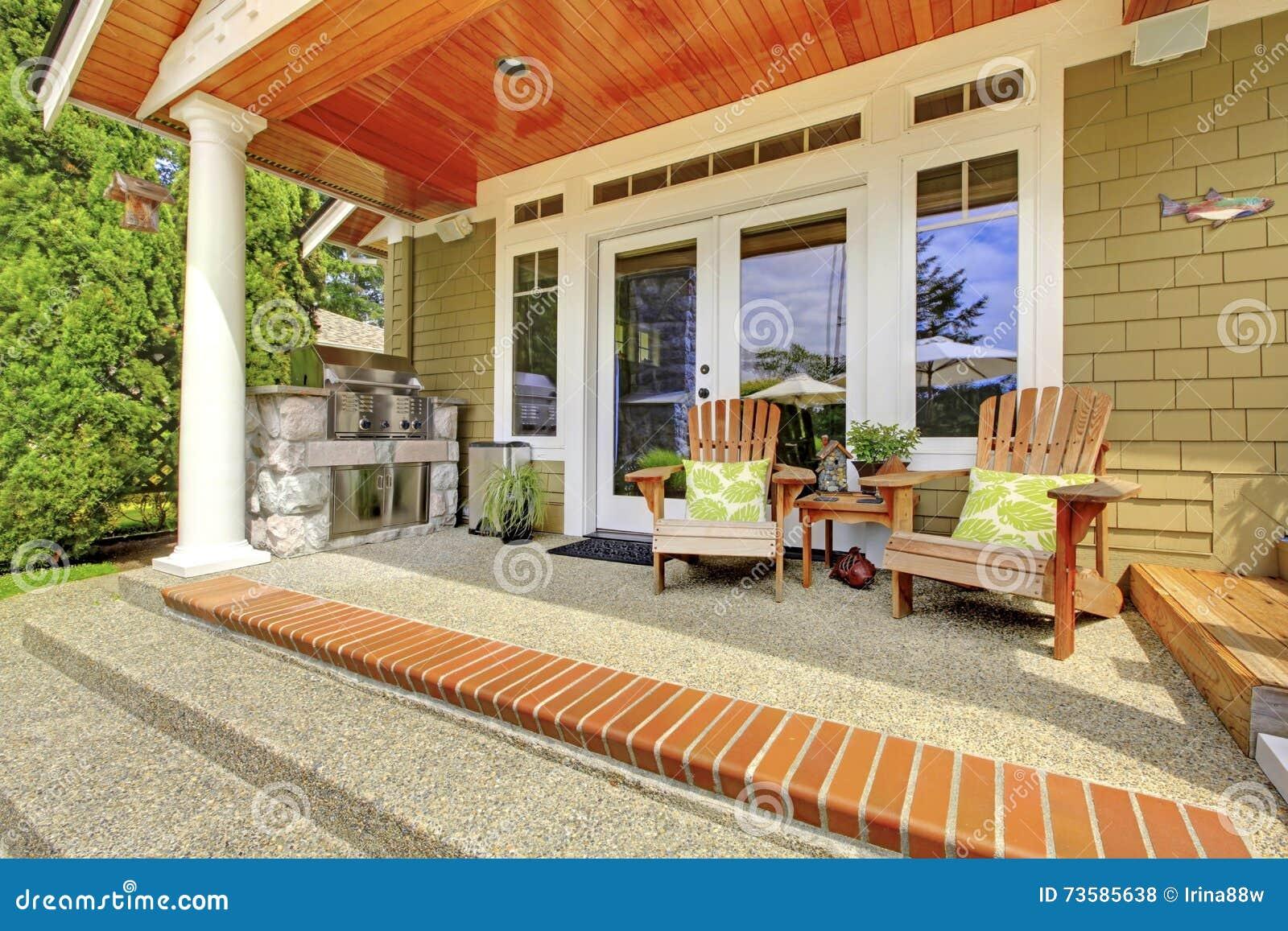 ext rieur de maison de campagne vue de porche de colonne avec les chaises et le plancher en. Black Bedroom Furniture Sets. Home Design Ideas