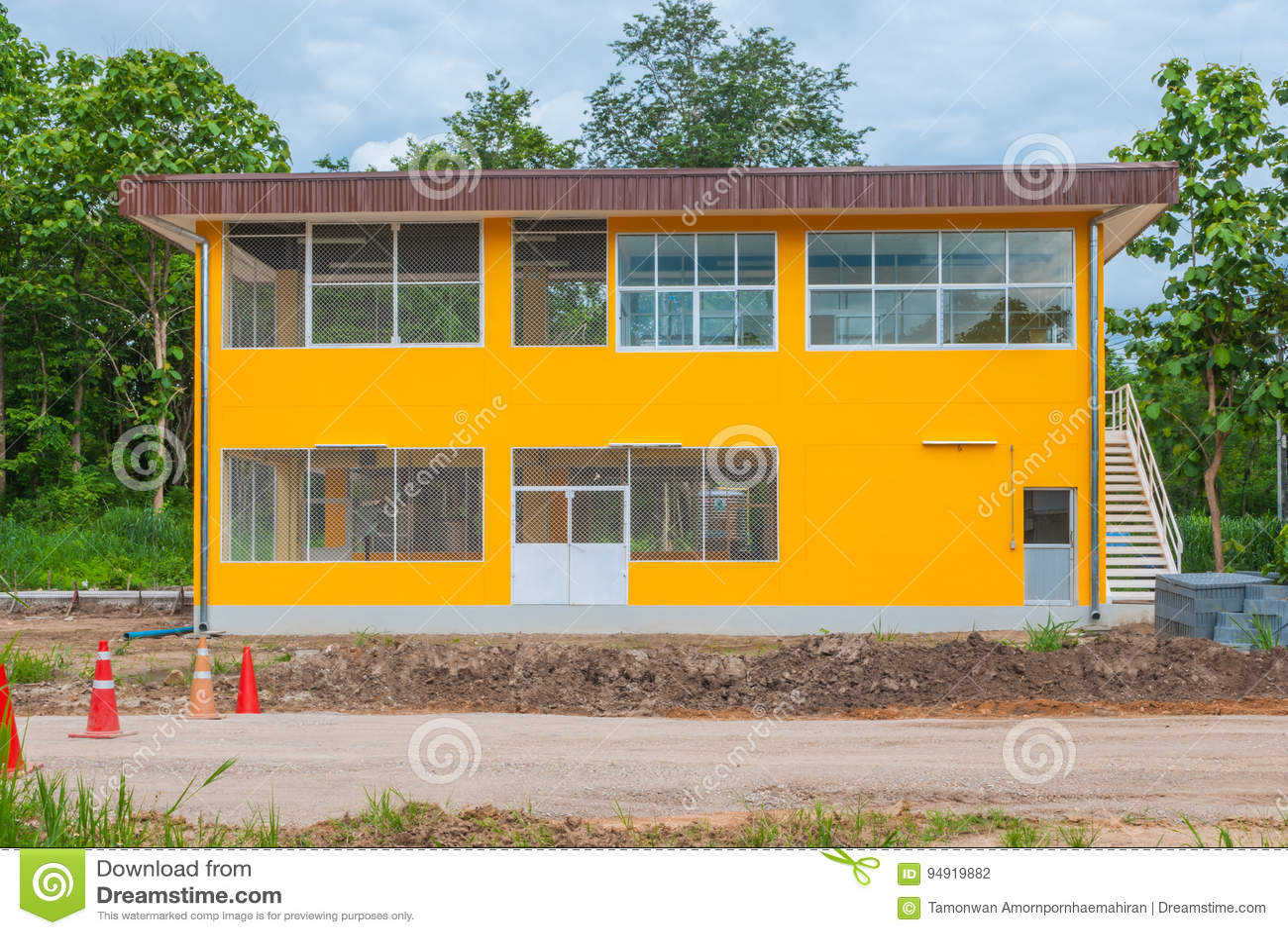 Extérieur du bâtiment jaune en béton vide d entrepôt d usine