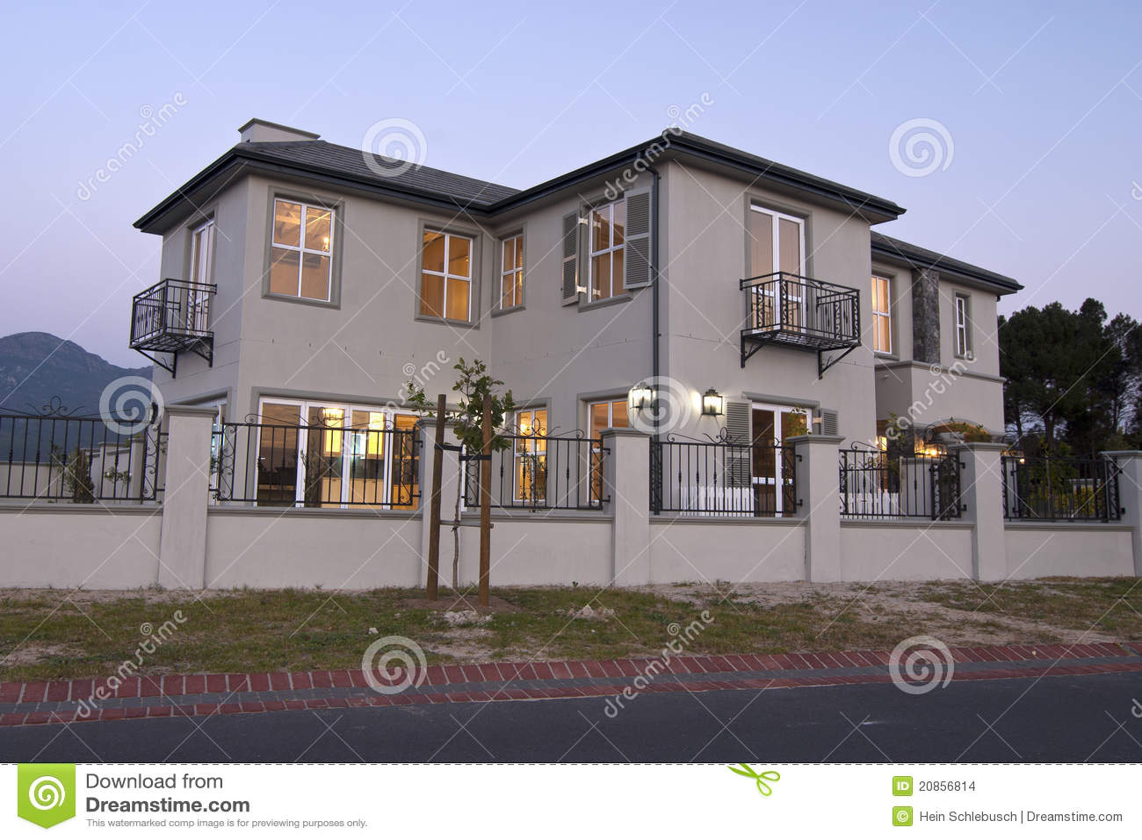 Extérieur - maison moderne photo stock. Image du résidentiel - 20856814
