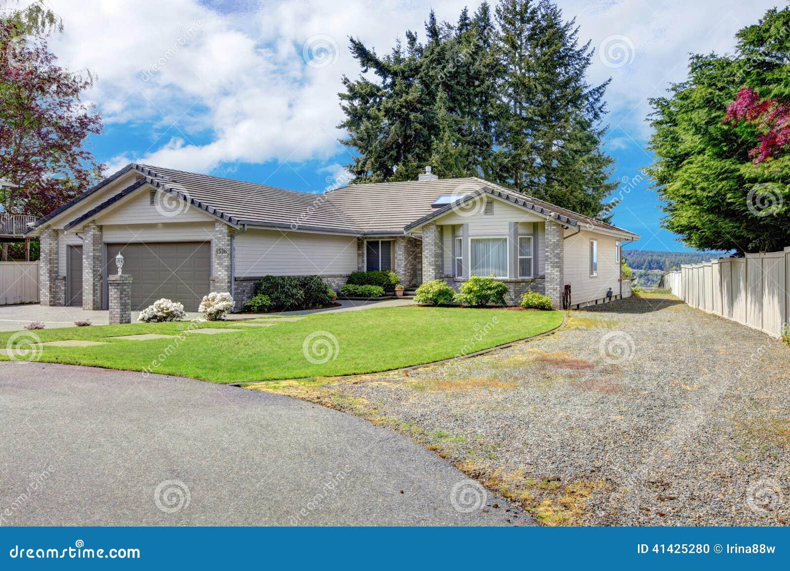 ext rieur moderne de maison vue de porche et de garage d. Black Bedroom Furniture Sets. Home Design Ideas