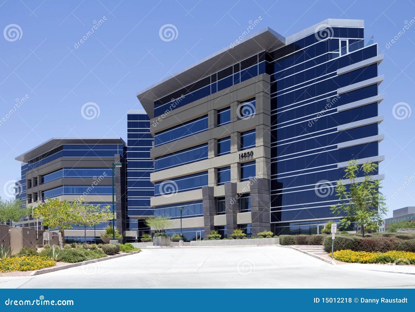 Extérieur moderne neuf d immeuble de bureaux de corporation photo