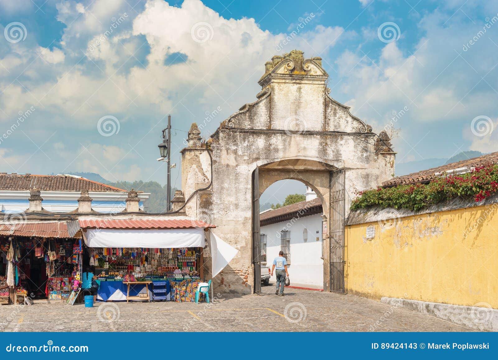 Extasie a porta à plaza na frente de Ig chamado igreja Católica
