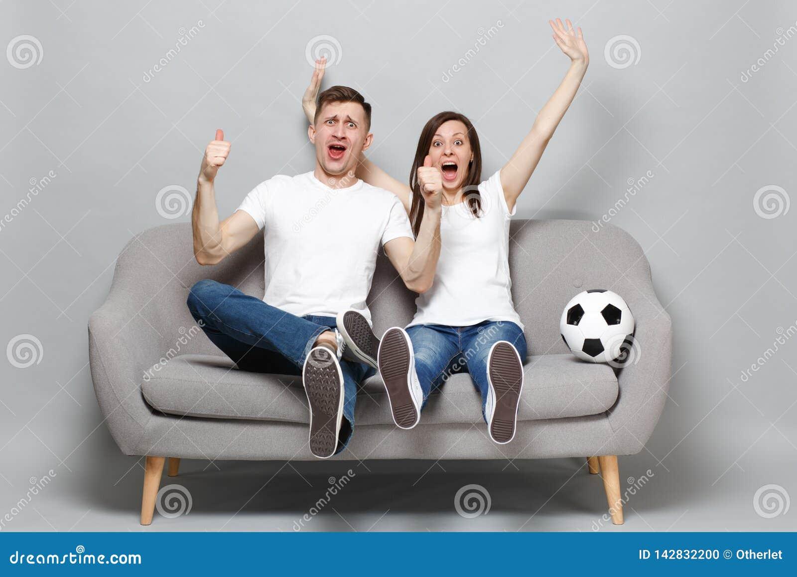 Extatiska fotbollsfan för parkvinnaman hurrar upp service som det favorit- laget med fotboll klumpa ihop sig uttrycksfulla gestik