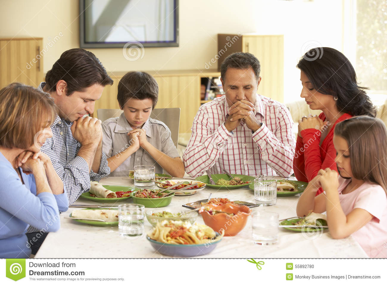 family praying at dinner - 755×504