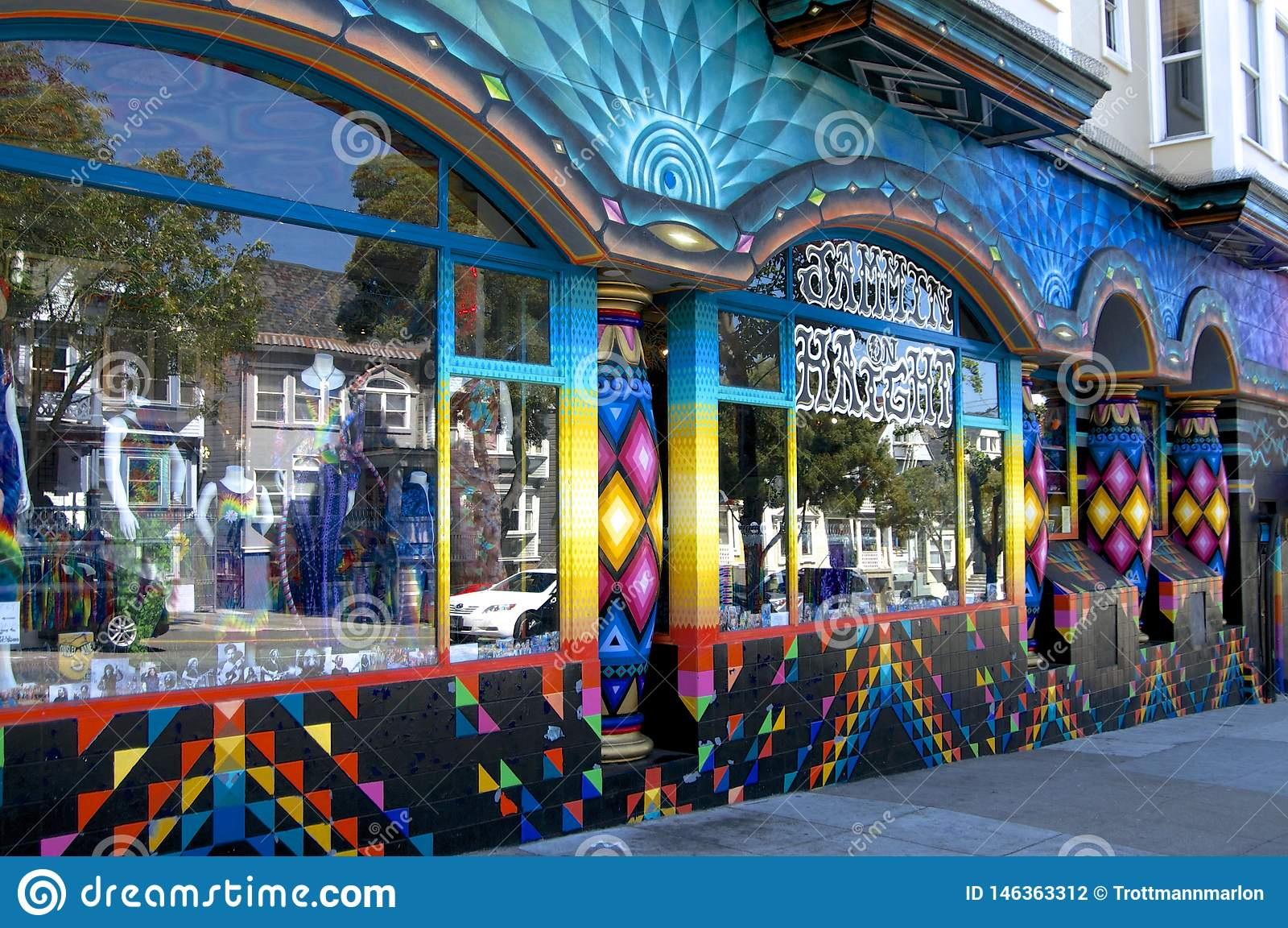 Exterior constructivo coloreado hermoso en el Haight y el Ashbury en San Francisco