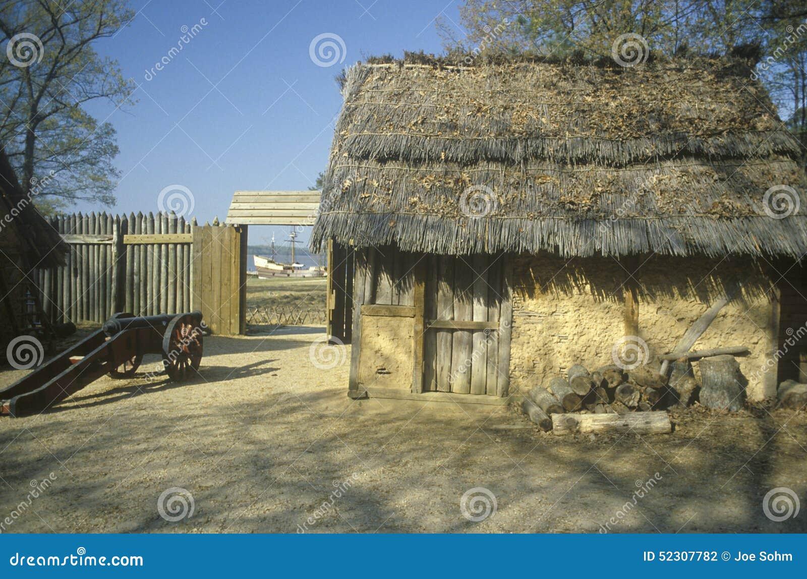 Exterior da construção em Jamestown histórico, Virgínia, local da primeira colônia inglesa
