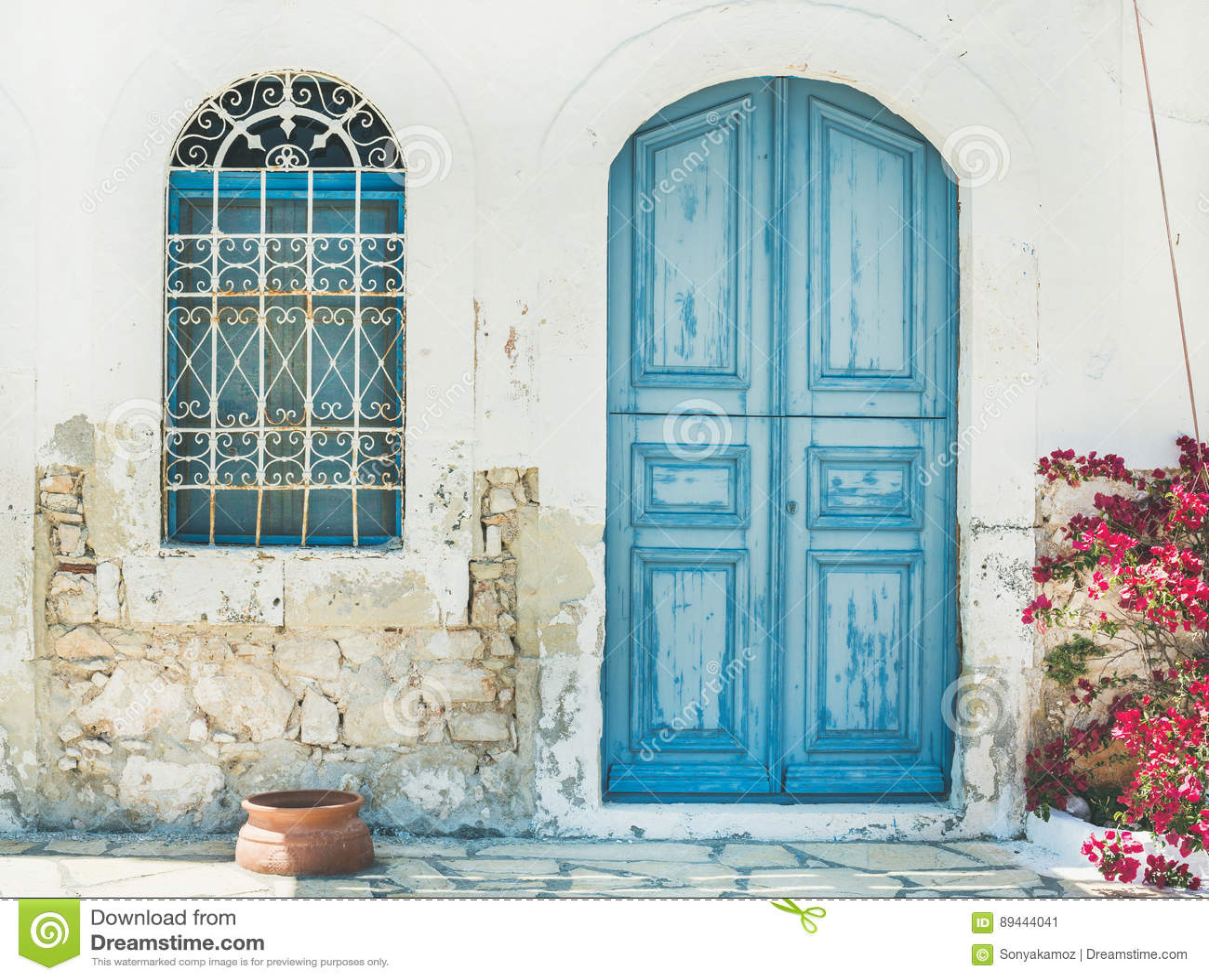 Exterior da rua tradicional da ilha grega com porta azul, Kast