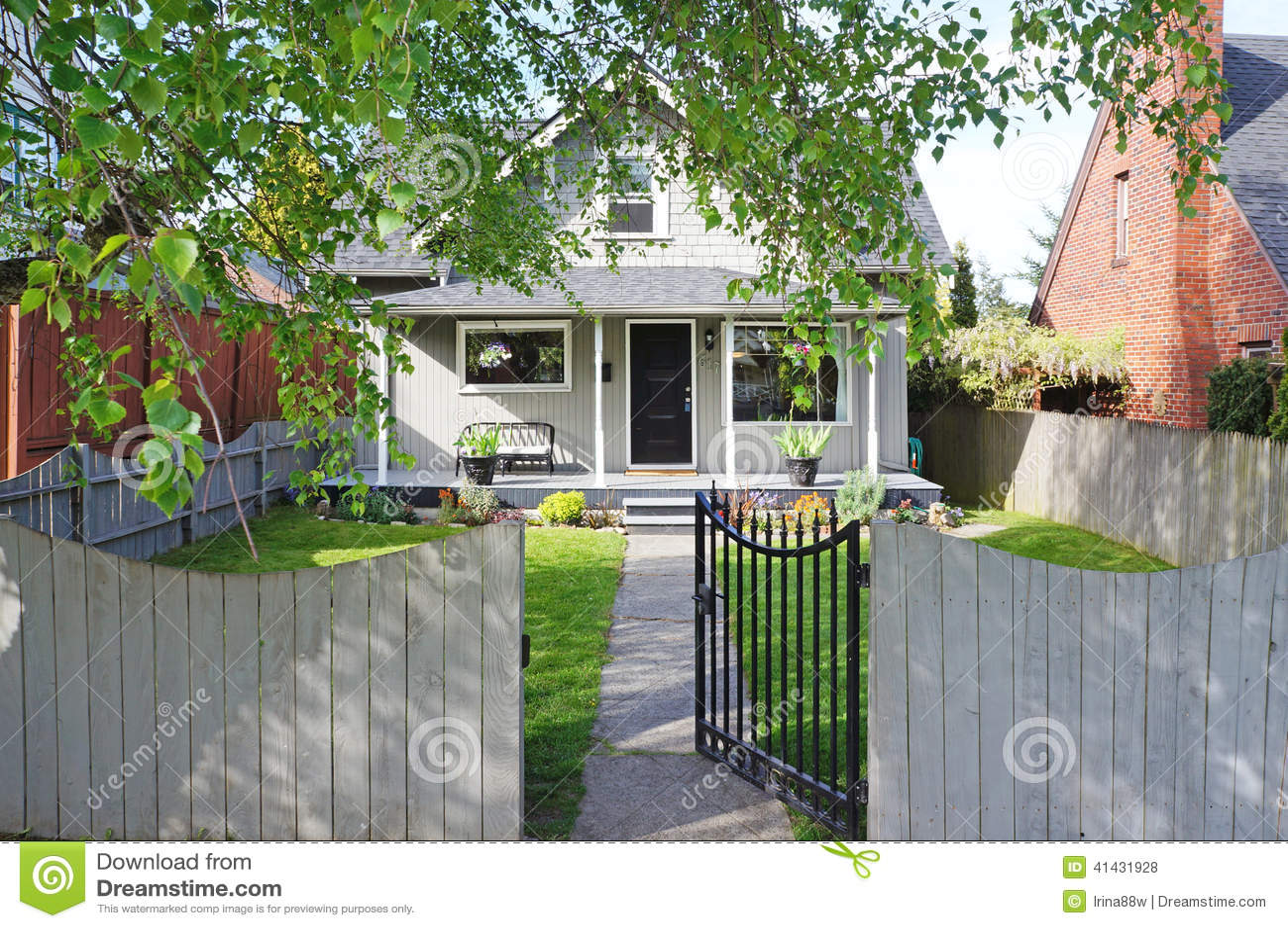 Exterior de la casa opini n del p rtico y del jard n de la for Casa con jardin al frente