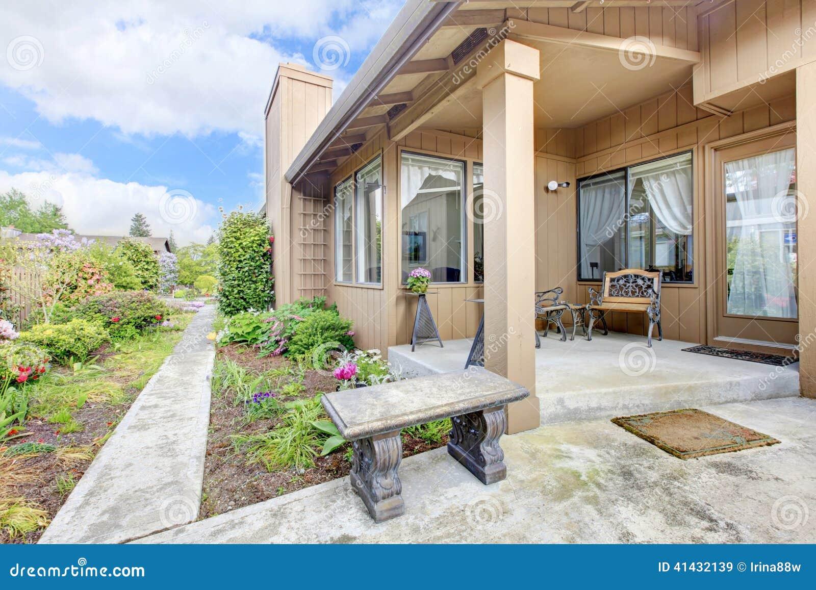 Exterior de la casa p rtico y jard n del patio trasero for Costo del portico anteriore