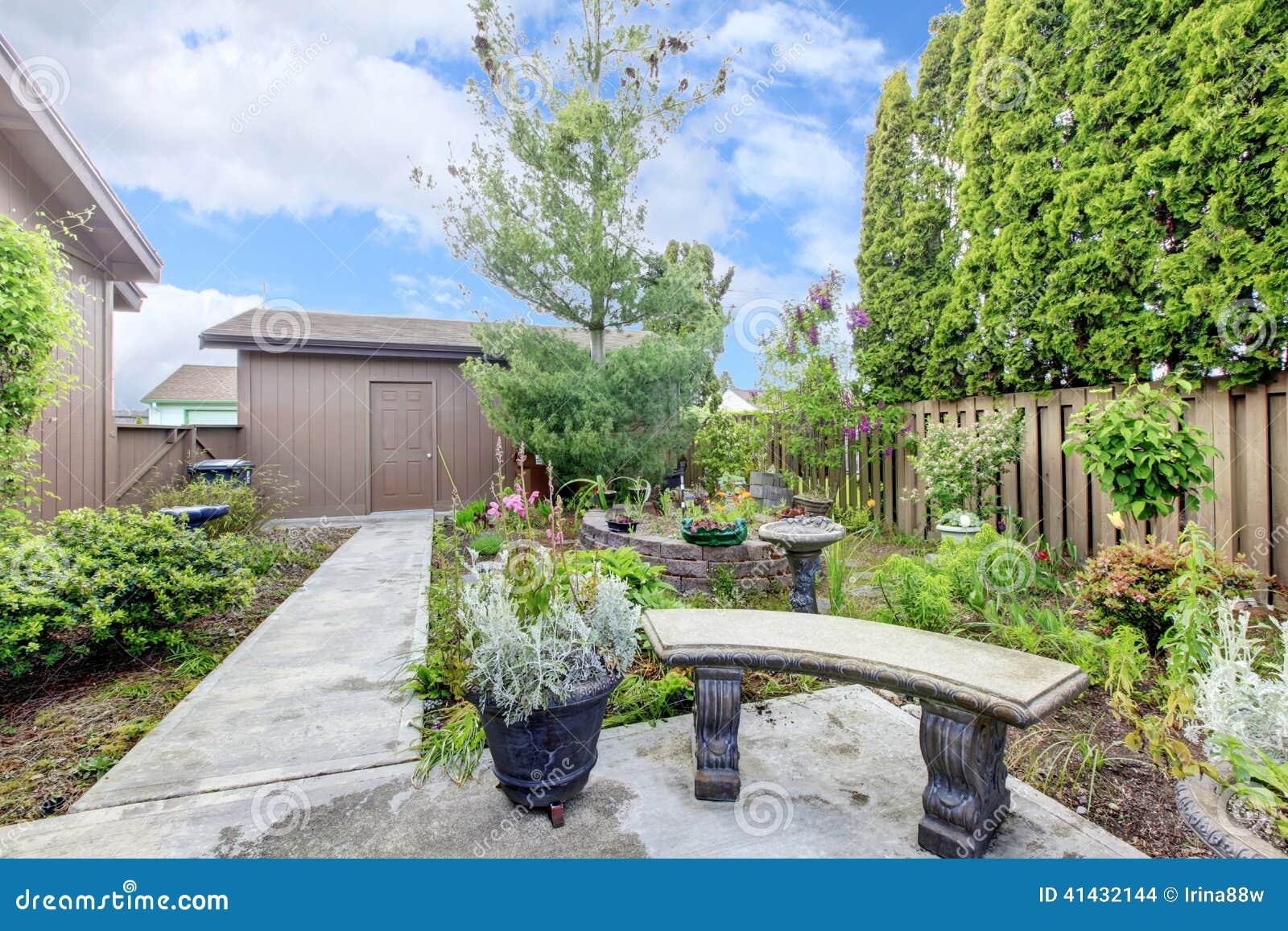 Exterior de la casa p rtico y jard n del patio trasero for Diseno patio exterior casa