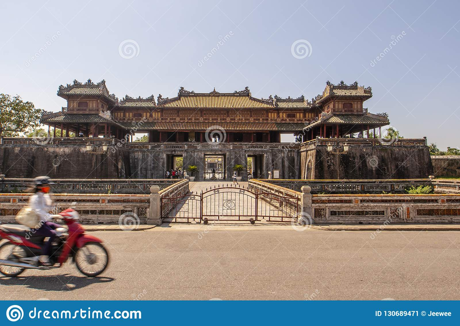 Exterior de Ngo Mon Gate, parte da citadela na capital vietnamiana anterior Hué, Vietname central, Vietname