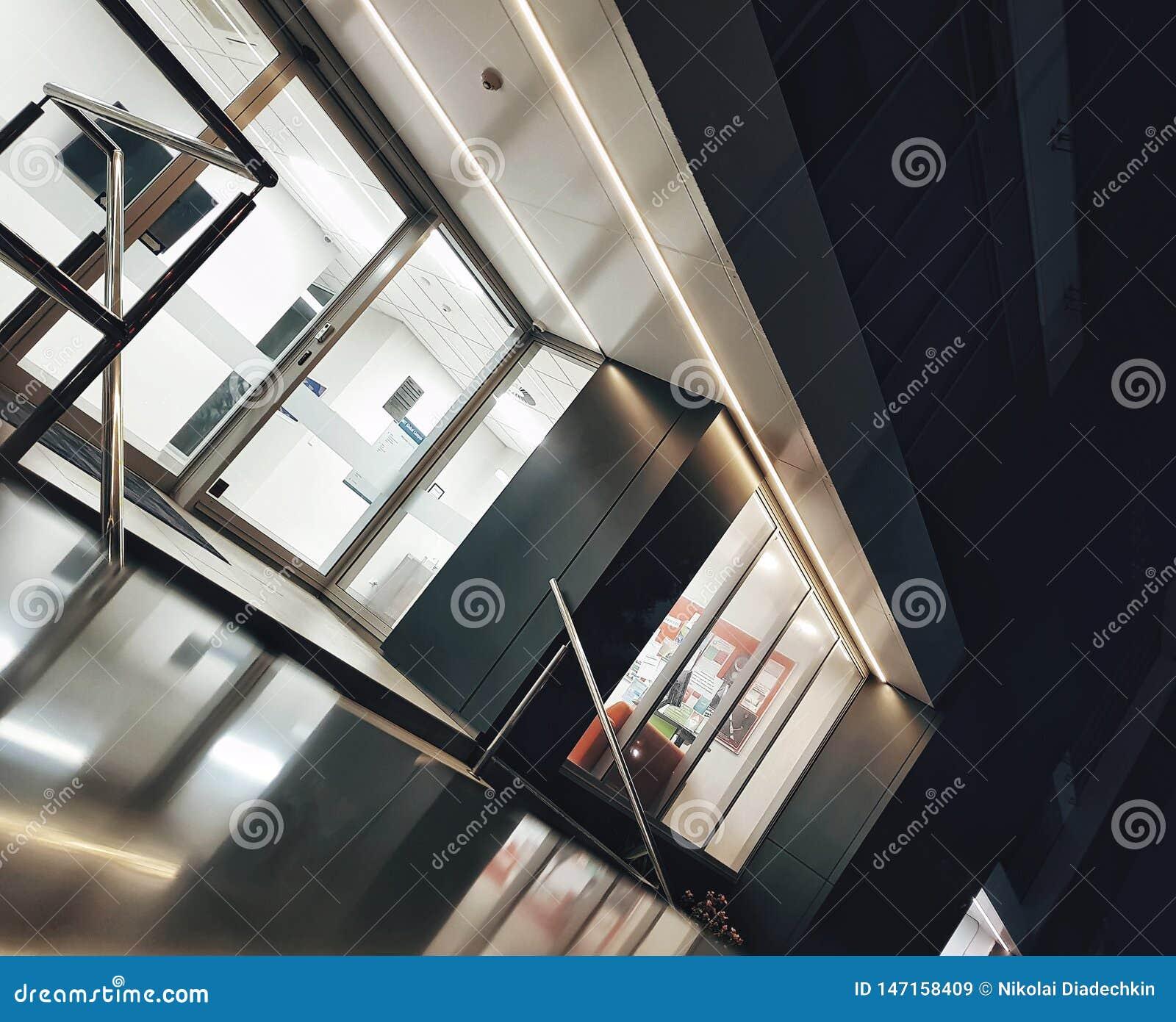 Exterior de um escritório-centro na noite de nivelamento