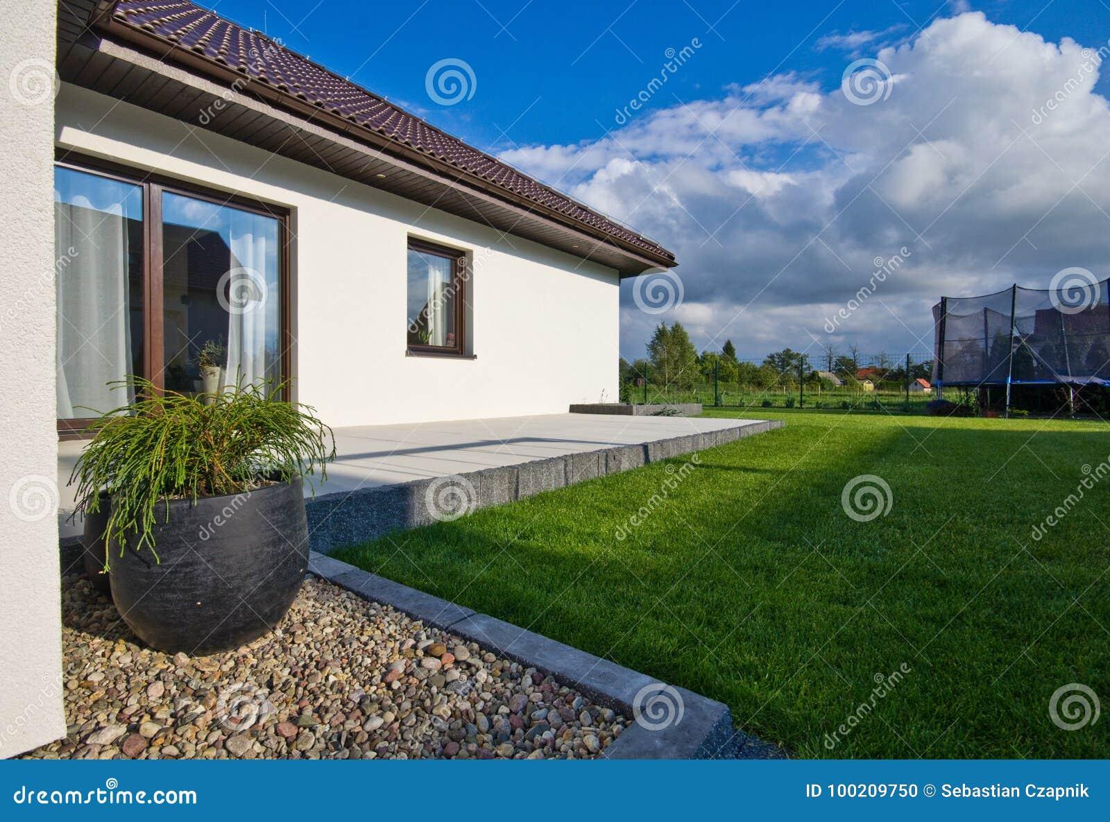 Exterior de una casa moderna con arquitectura elegante