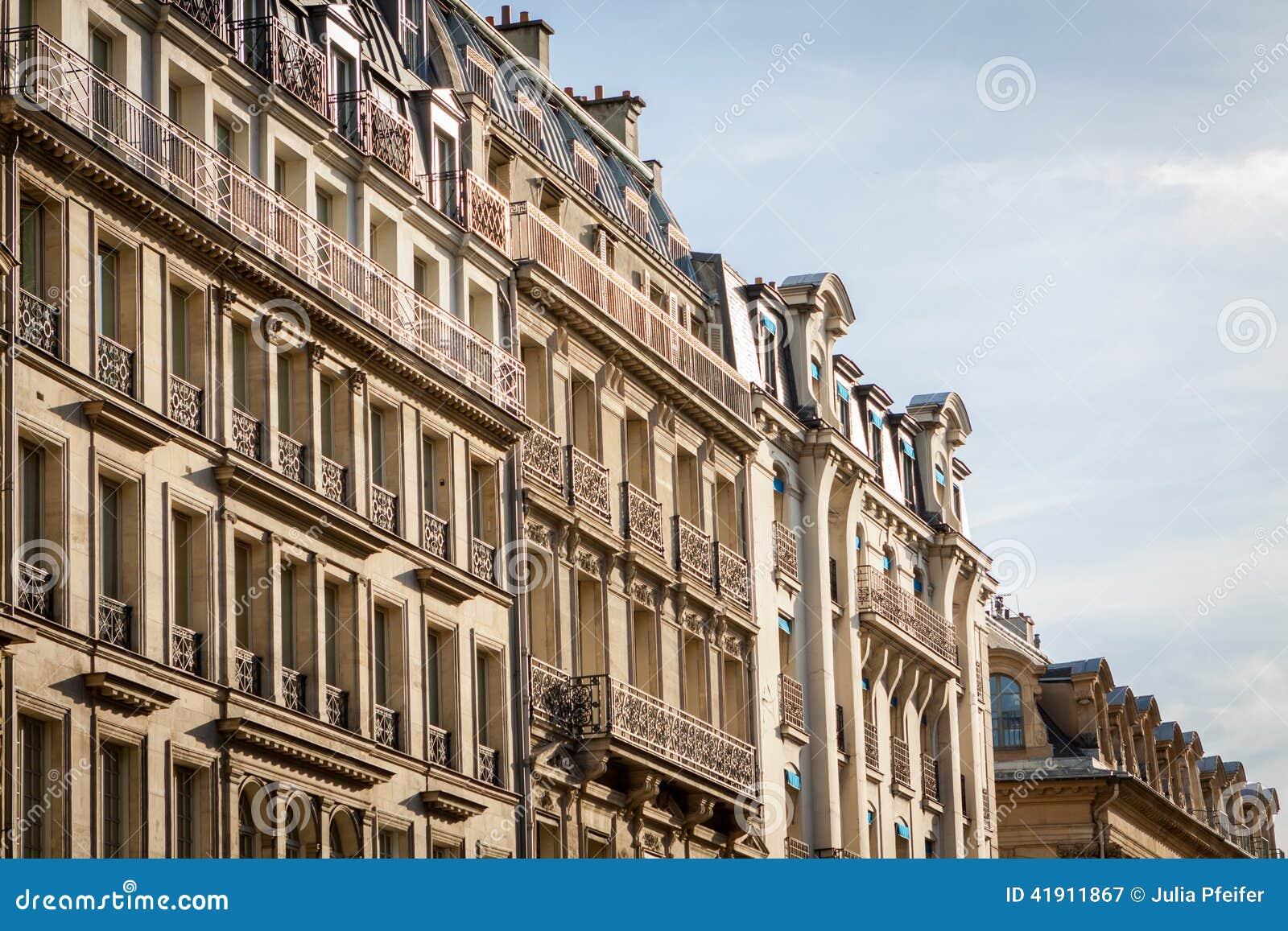 Exterior de una casa urbana histórica en París