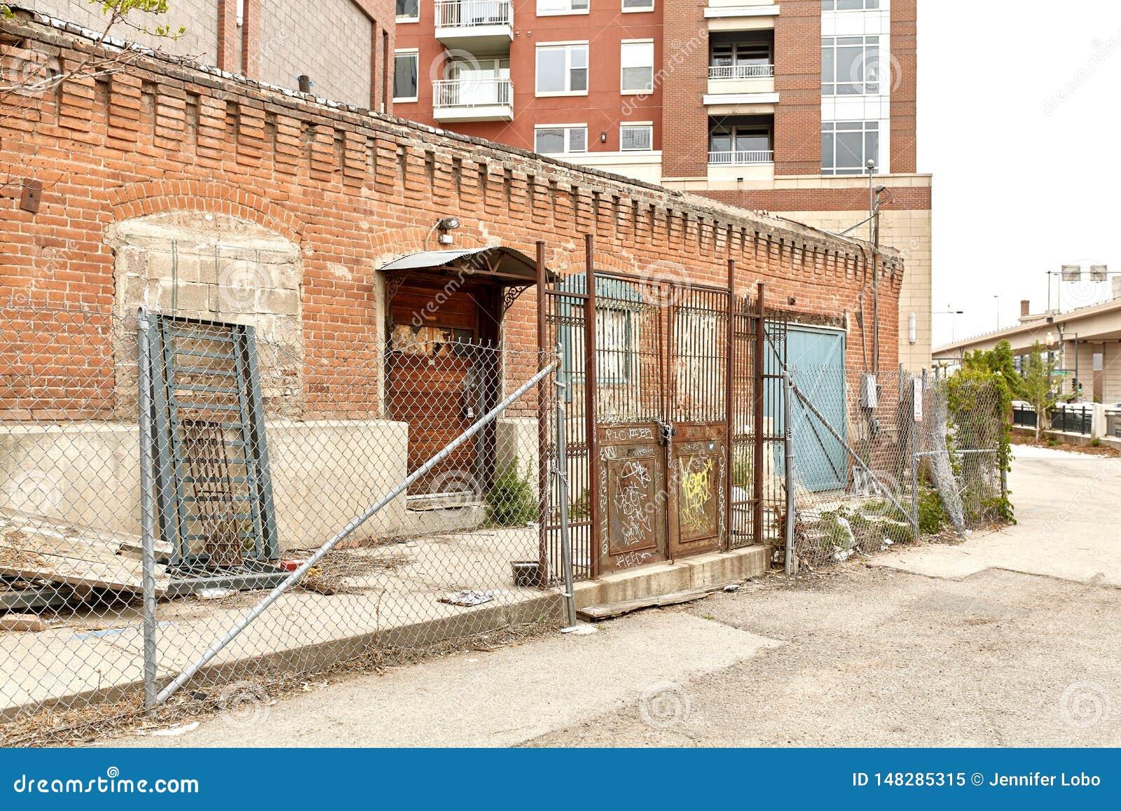 Exterior del edificio de ladrillo viejo en Denver céntrica, Colorado