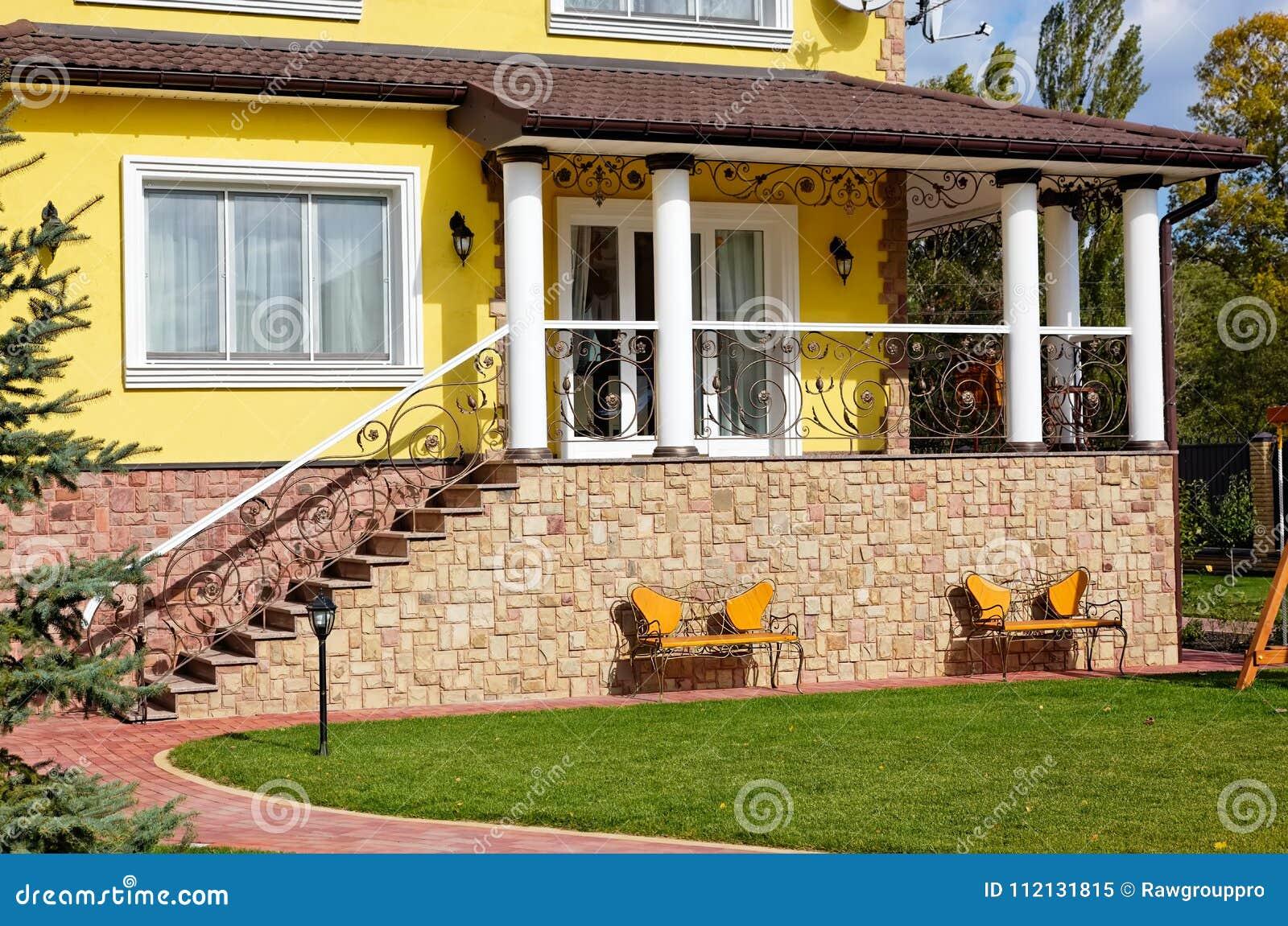 Exterior Del Hogar De Lujo Con La Terraza La Yarda Verde