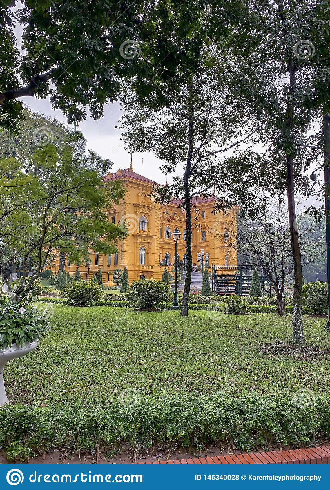 Exterior del palacio presidencial en Ho Chi Minh Mausoleum Complex en Hanoi Vietnam