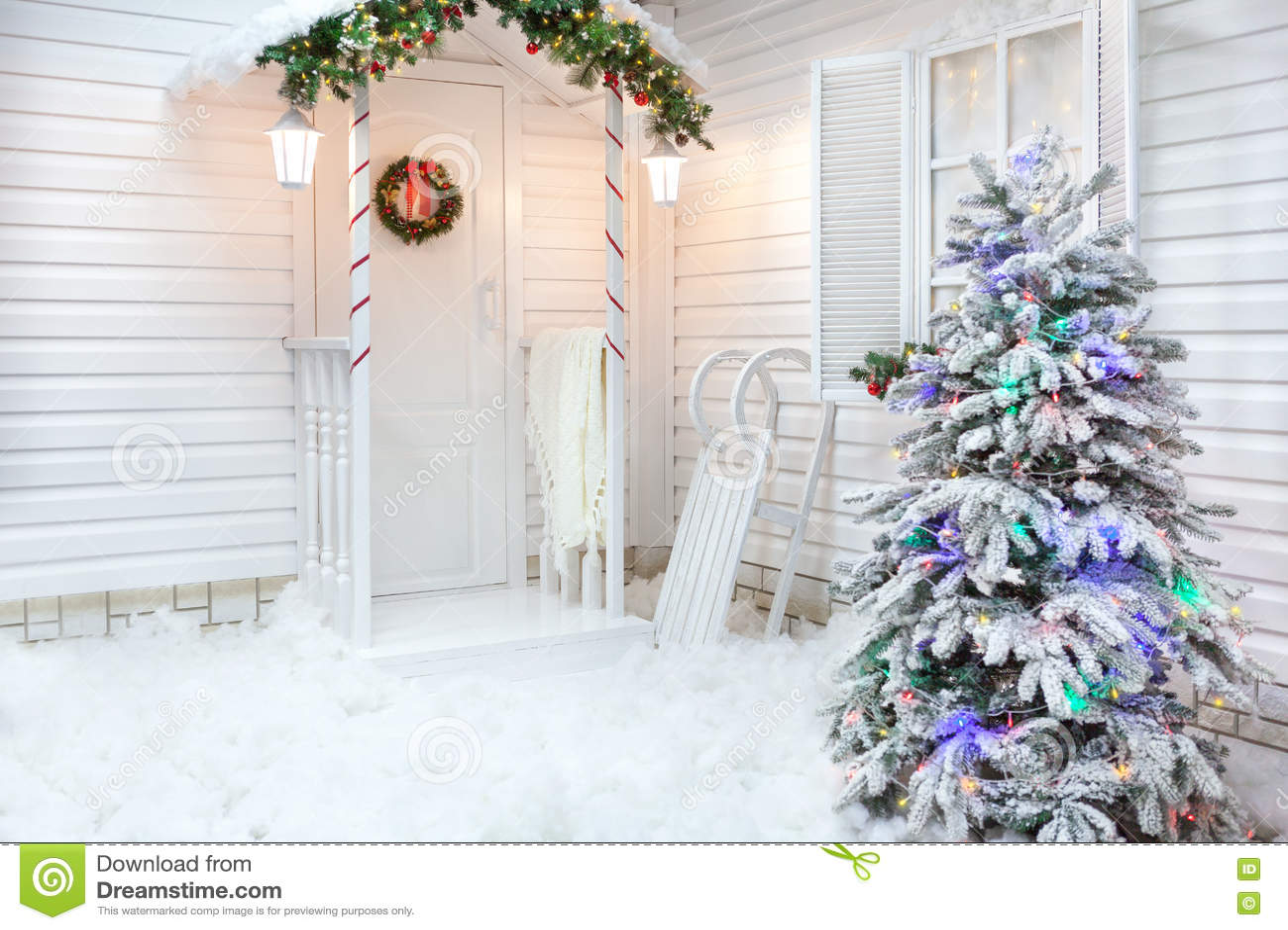 Exterior do inverno de uma casa de campo com as decorações do Natal no estilo americano