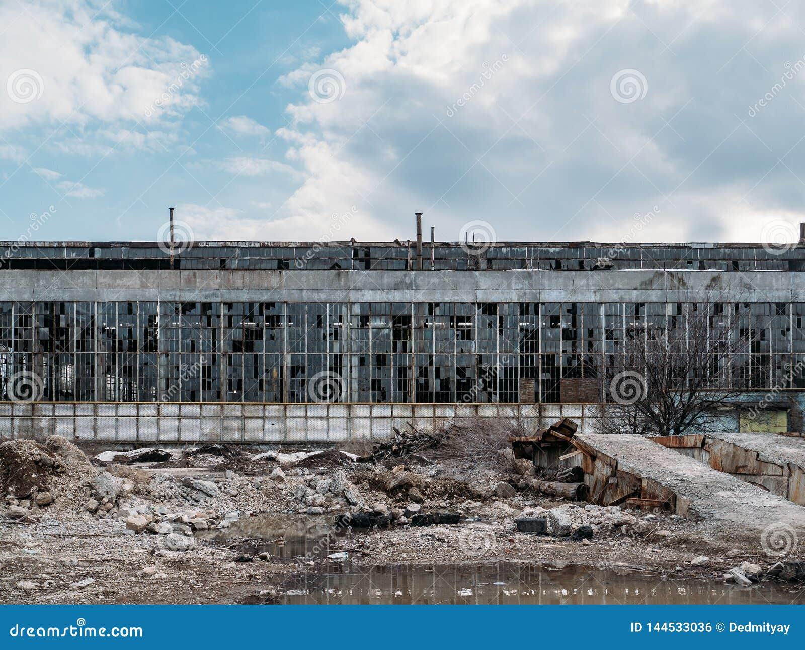 Exterior espeluznante industrial abandonado o fachada, edificio oscuro viejo del almacén de la fábrica del grunge con las ventana