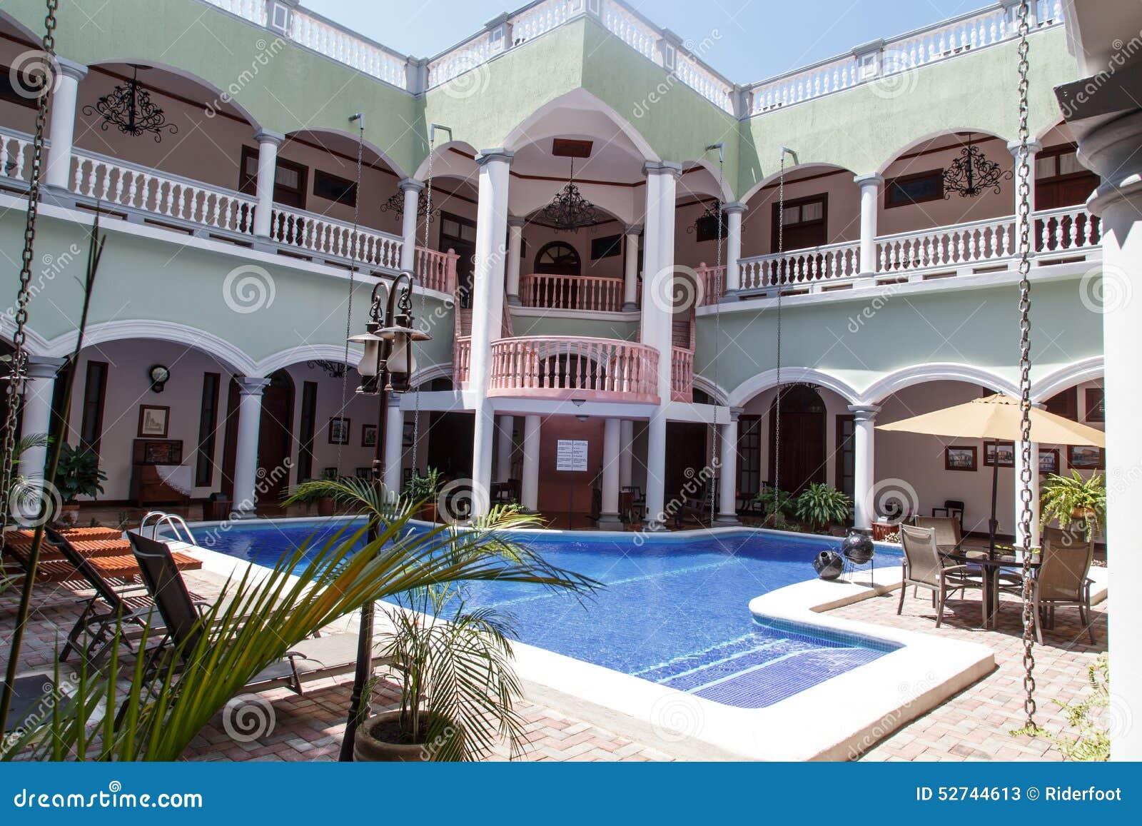 Exteriores de una casa colonial con la piscina foto de for Una casa con piscina