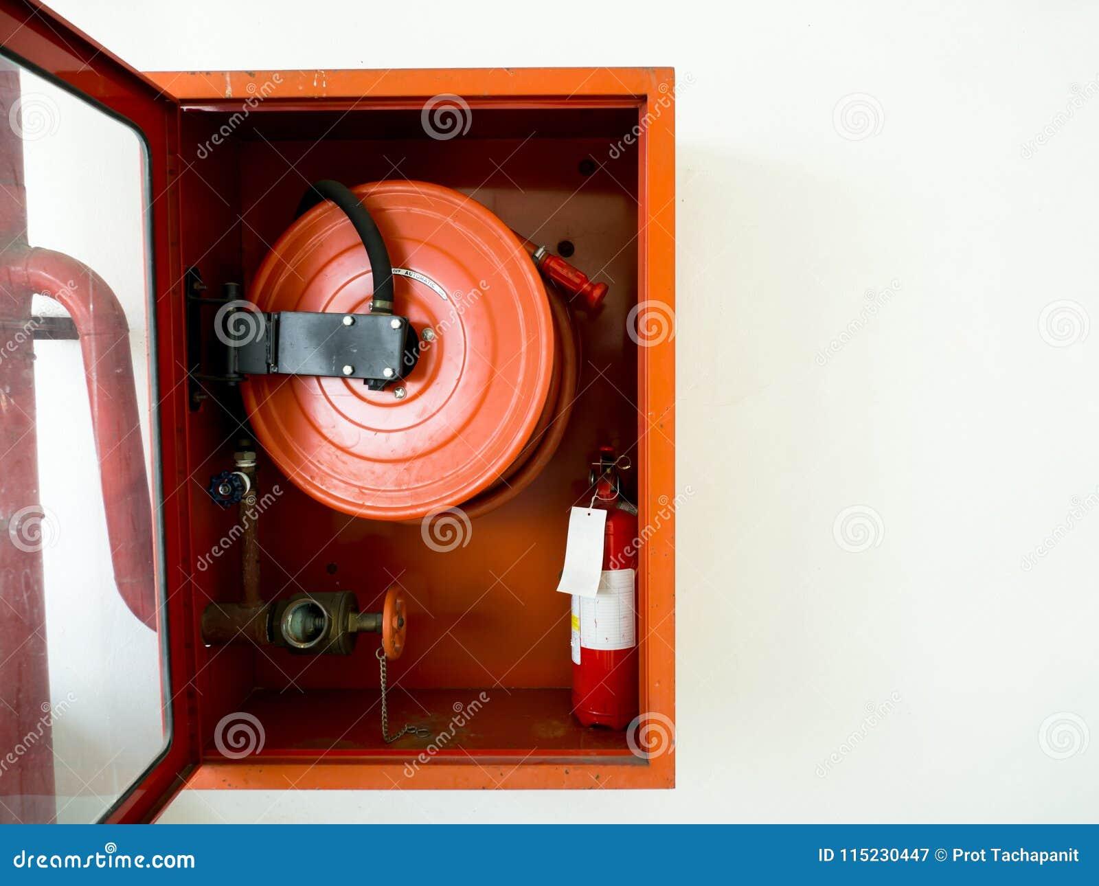 Extintor con los diversos tipos de extintores situados en la pared blanca Copie el espacio para el texto y el contenido