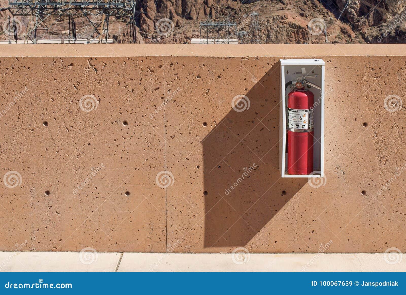 Extintor en la pared