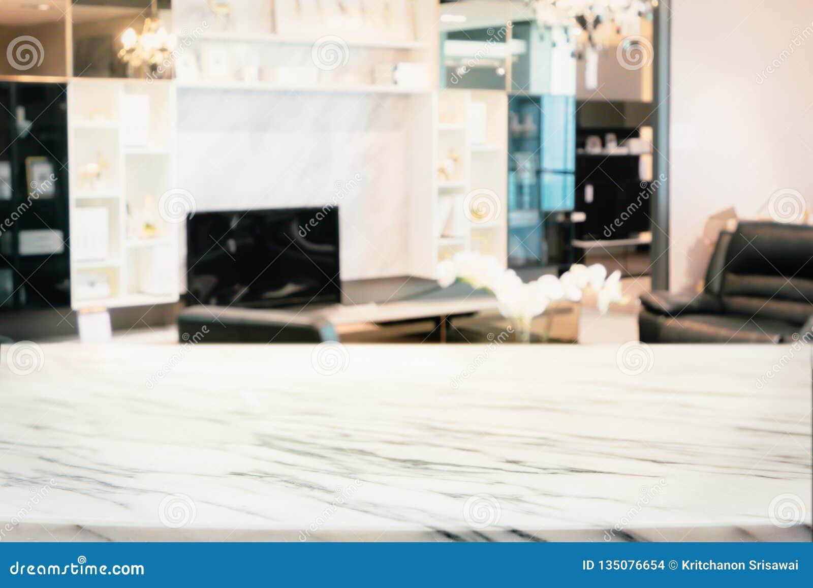 Extracto borroso de la sala de estar moderna con el estante y la TV de mármol