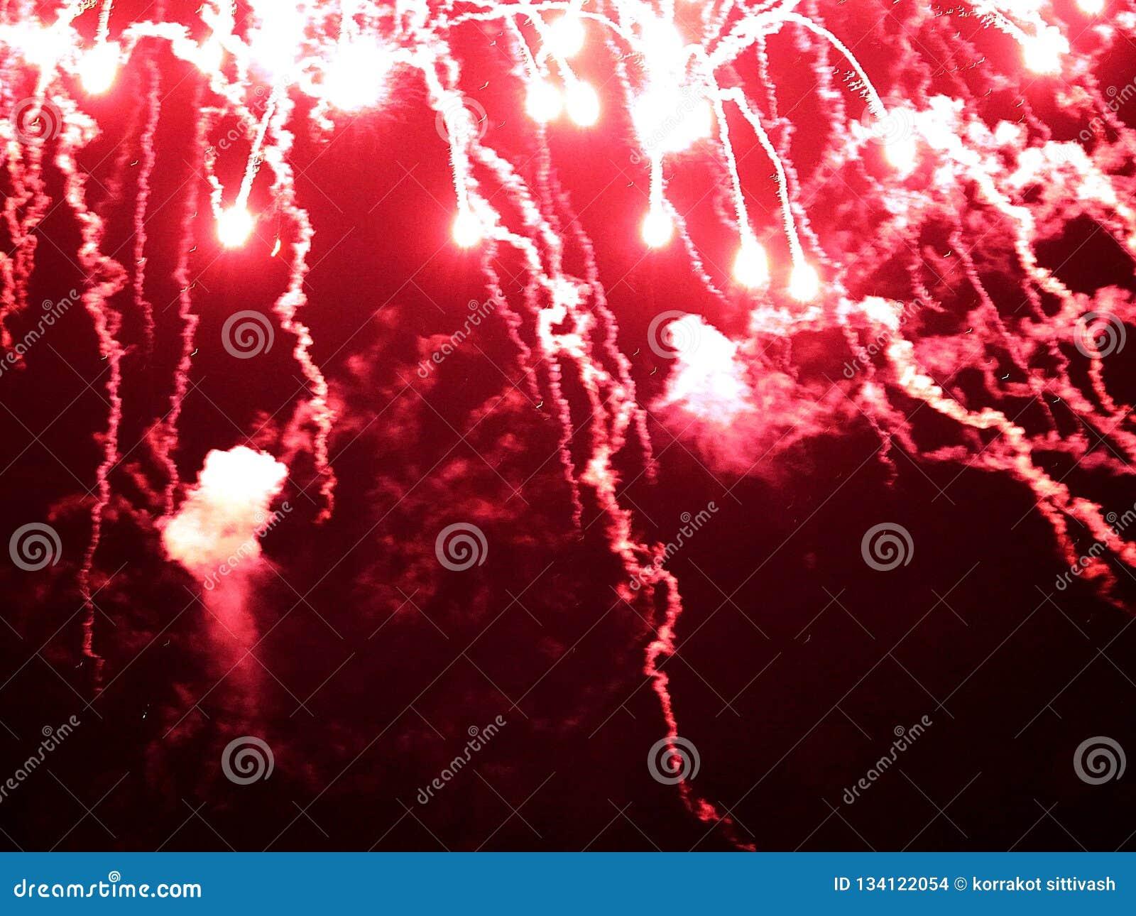 Extracto, fuegos artificiales, imagen borrosa La Navidad Luz con las chispas que brillan intensamente, tarjeta de felicitación de