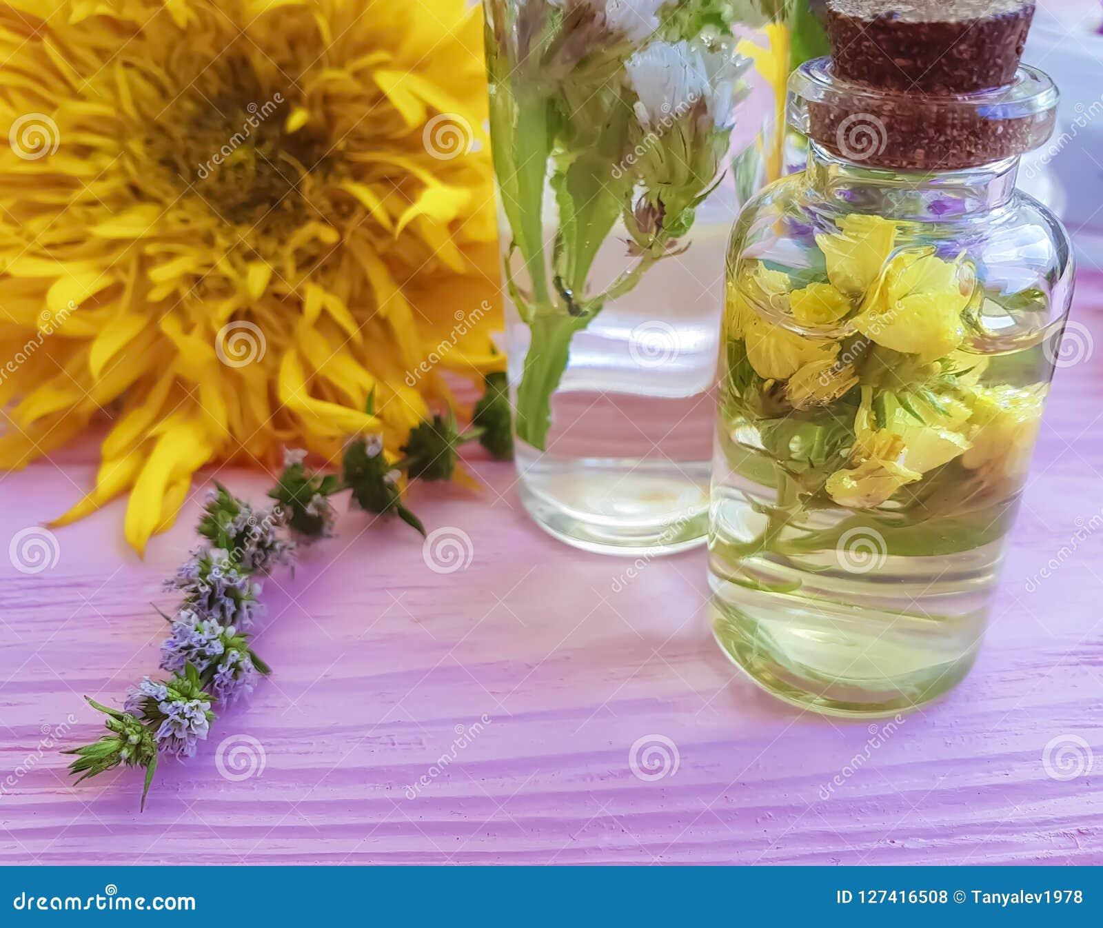 Extrakt vård- aromatiskt för kräm- kosmetisk tappningomsorg kopplar av naturliga blommor för den alternativa wellnessen på ett tr