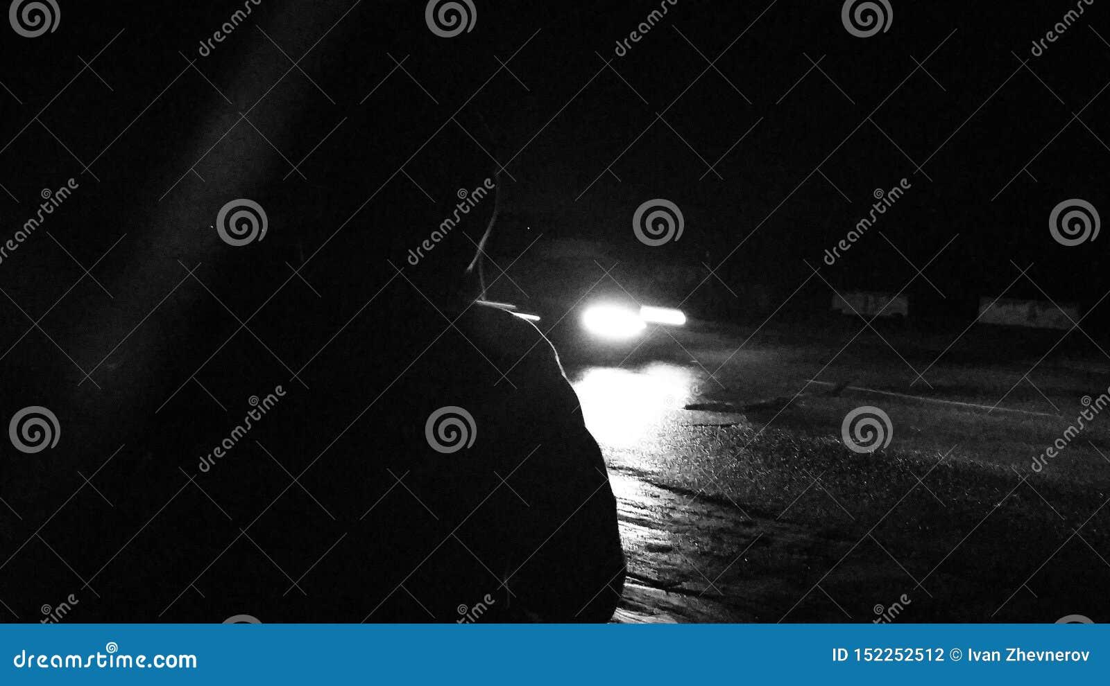 Extranjero en la noche que espera un coche