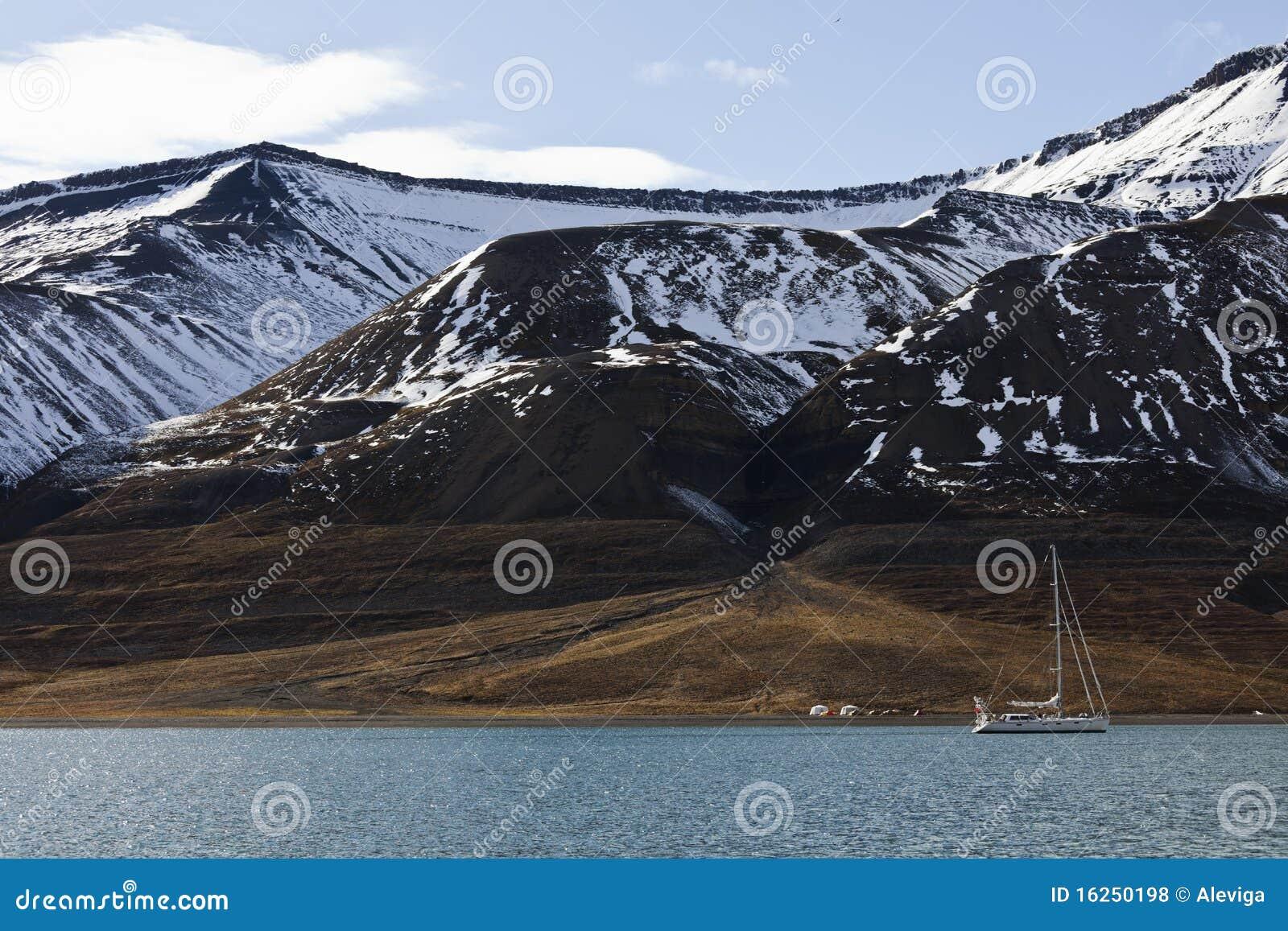 Extrem, das in Svalbard, Norwegen kampiert und segelt