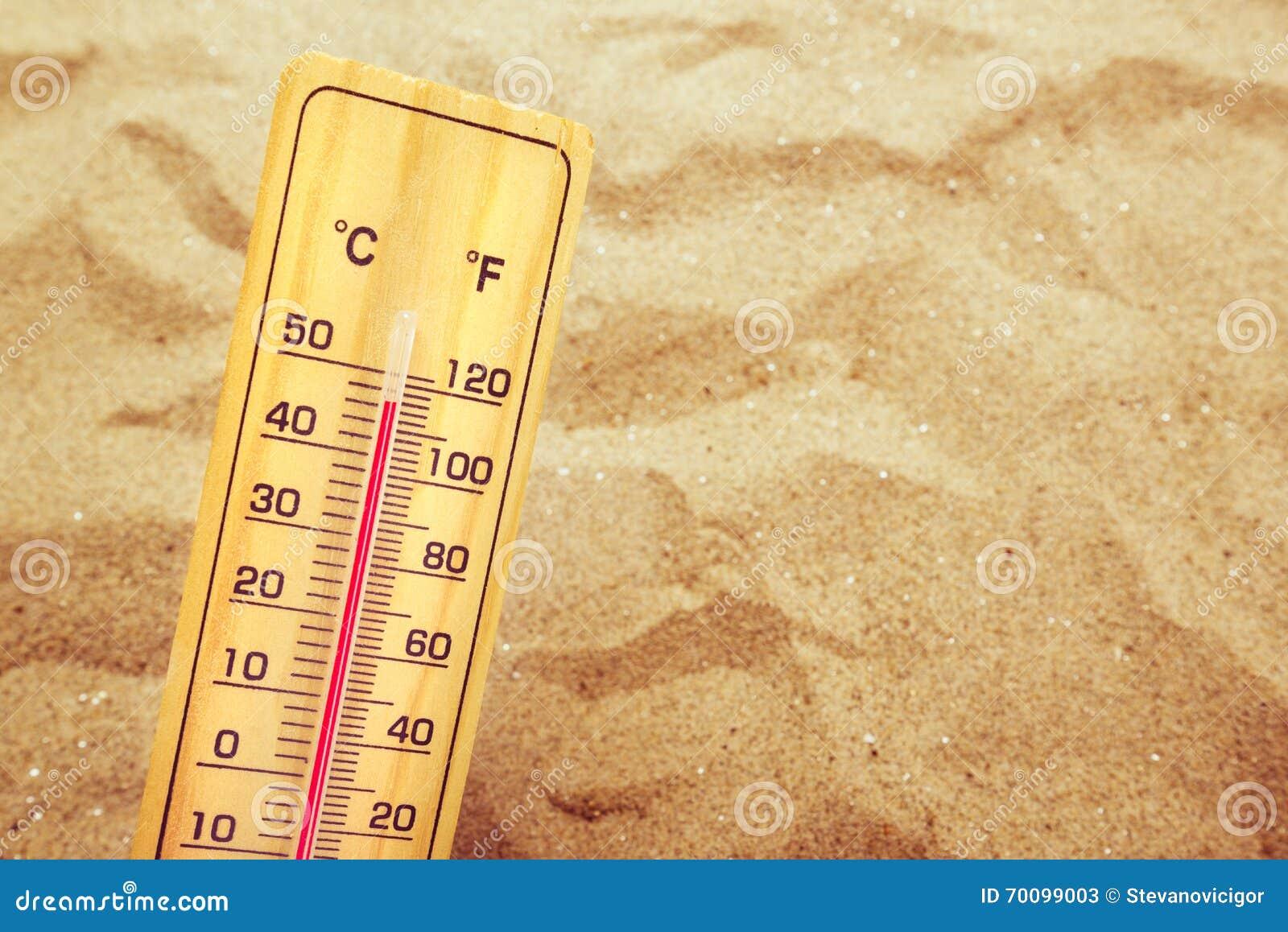 Extrem hohe Temperaturen, Thermometer auf warmem Wüstensand