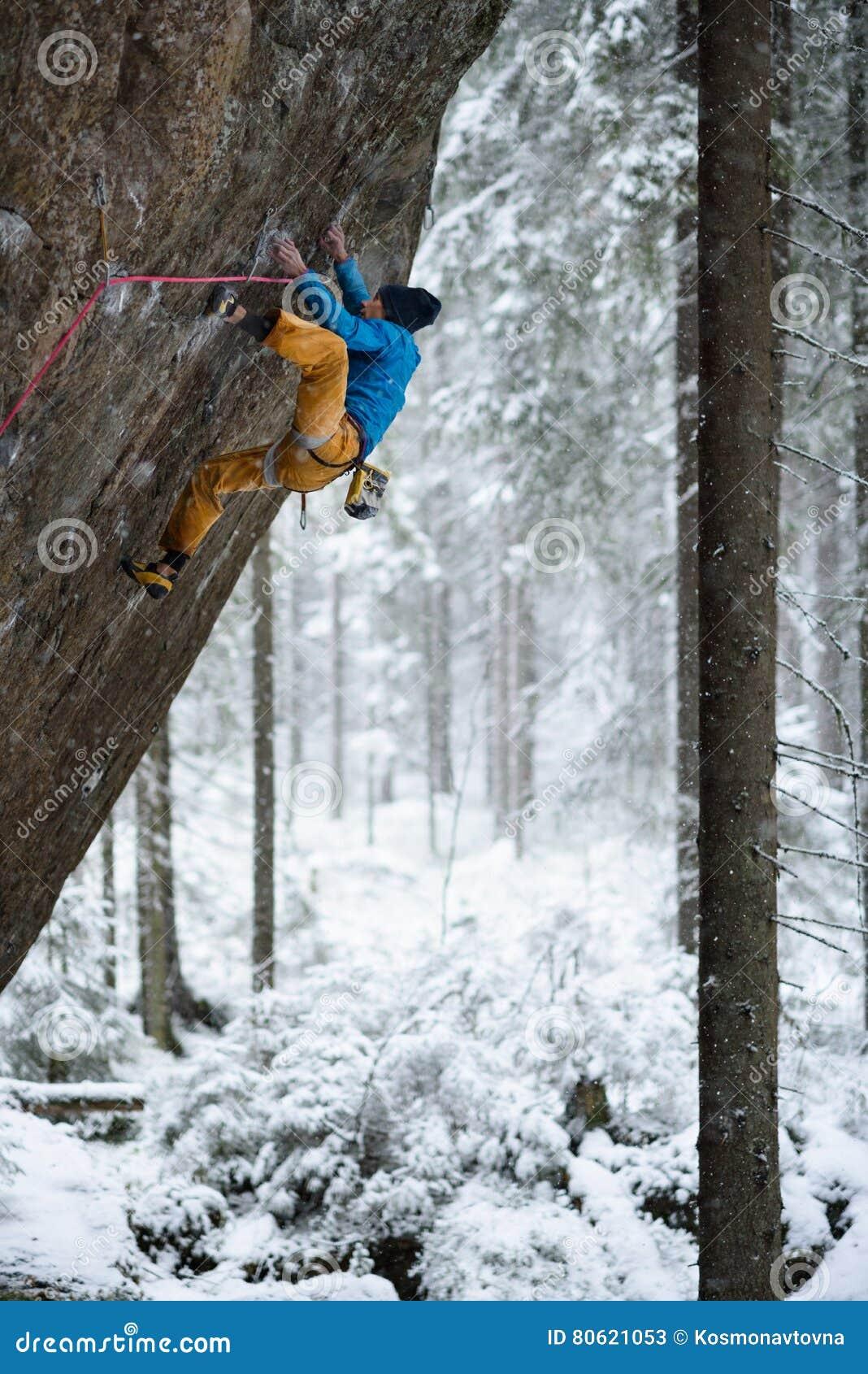 Extrem vintersport Vagga klättrareklättringen i härligt stenigt område
